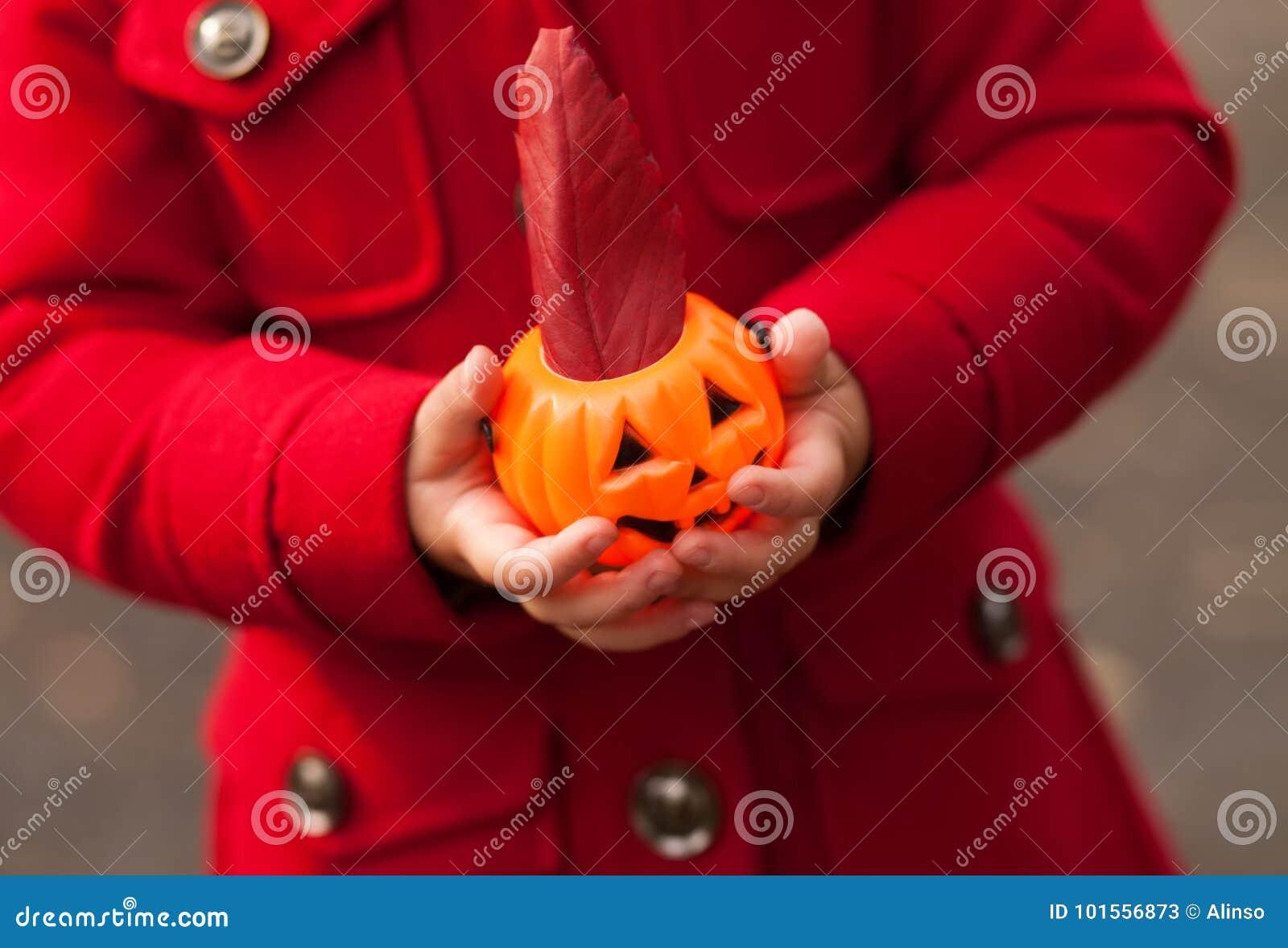 Petite fille ayant l amusement au des bonbons ou un sort de Halloween Tour ou traitement d enfants Enfant d enfant en bas âge ave