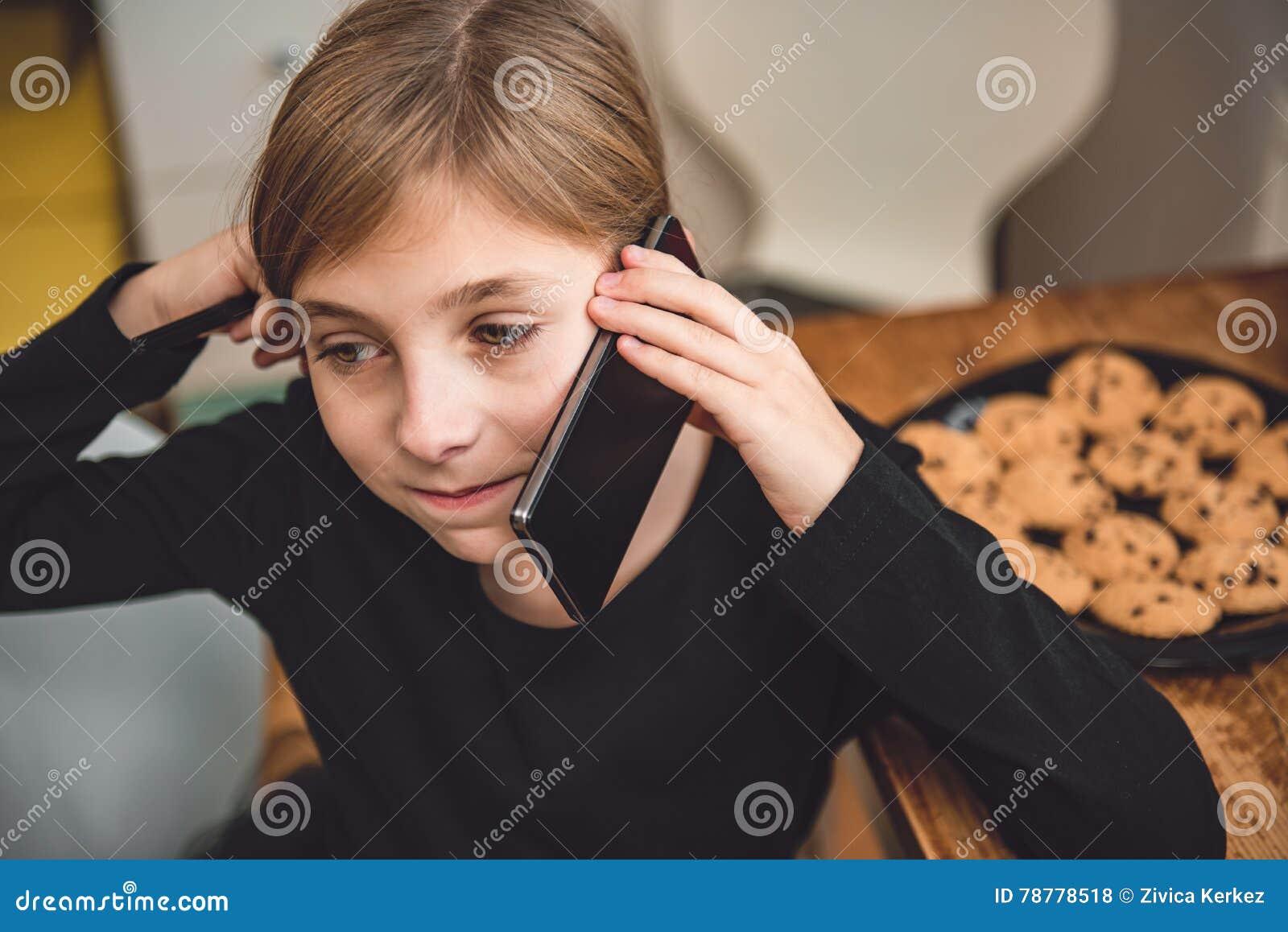 Petite fille ayant un appel téléphonique