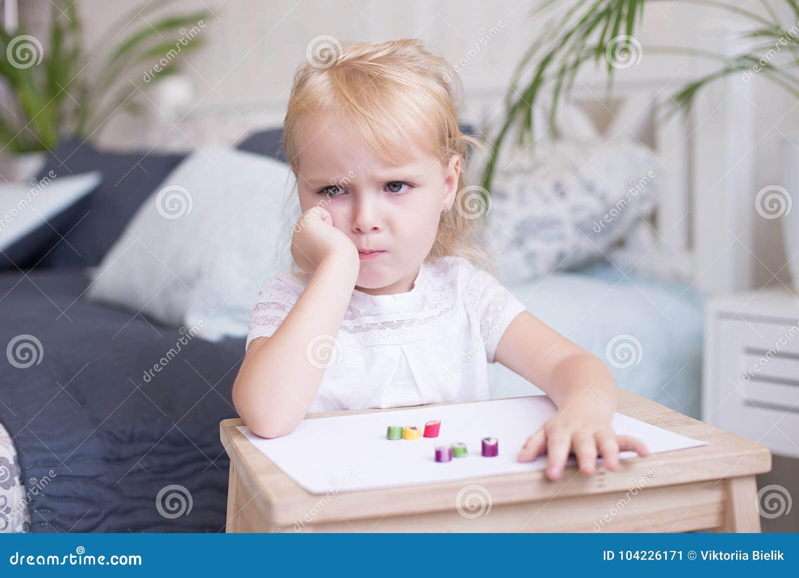 Petite fille blonde attirante grincheuse boudeuse
