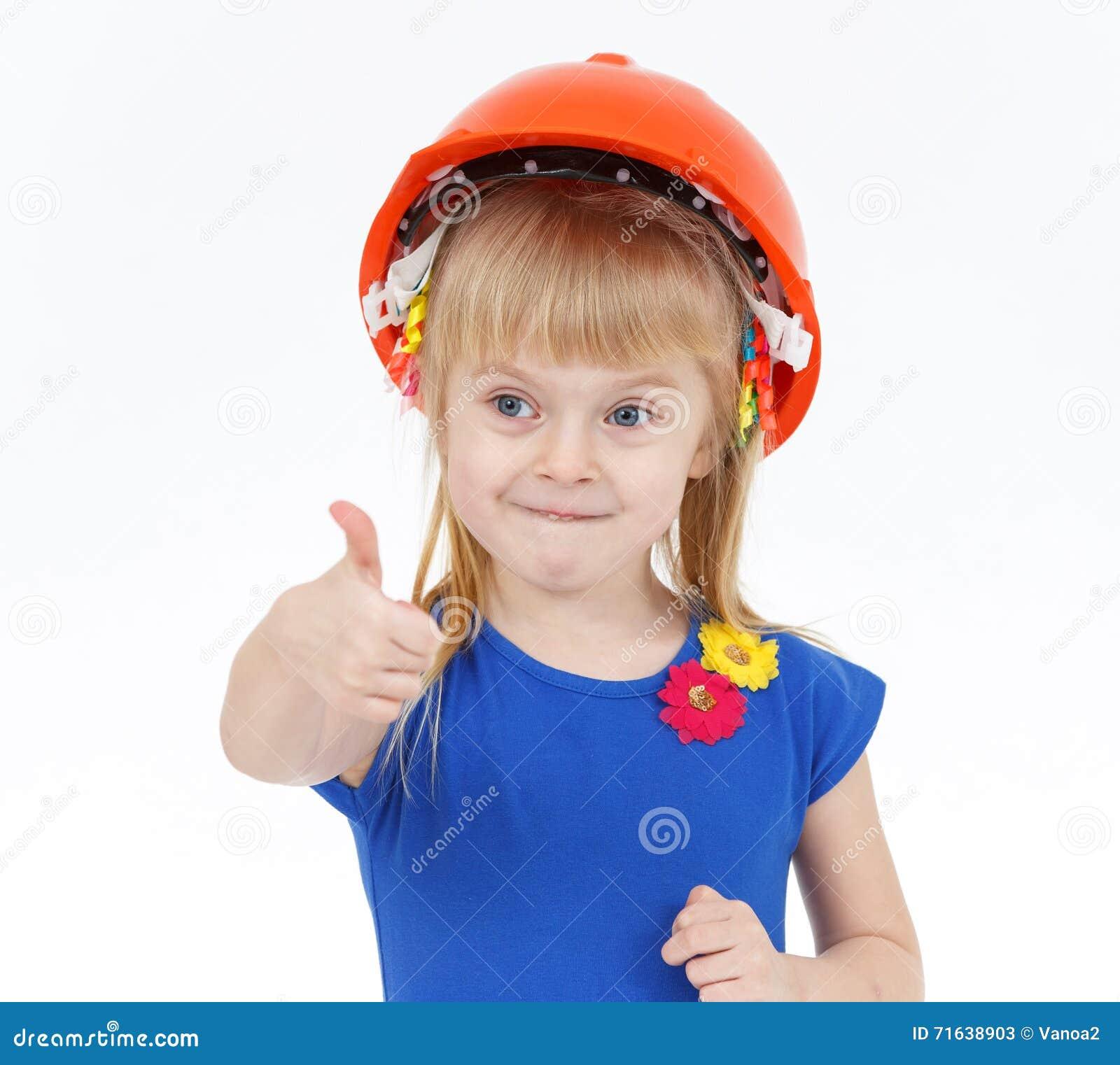 Petite fille blonde drôle avec deux queues dans le casque orange