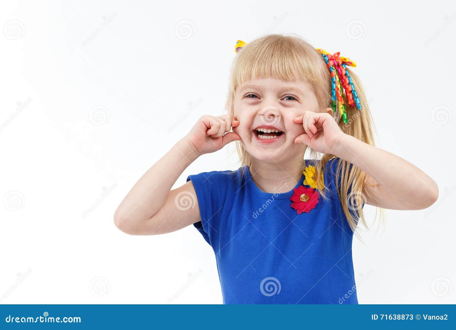 Petite fille blonde drôle avec deux queues faisant la grimace
