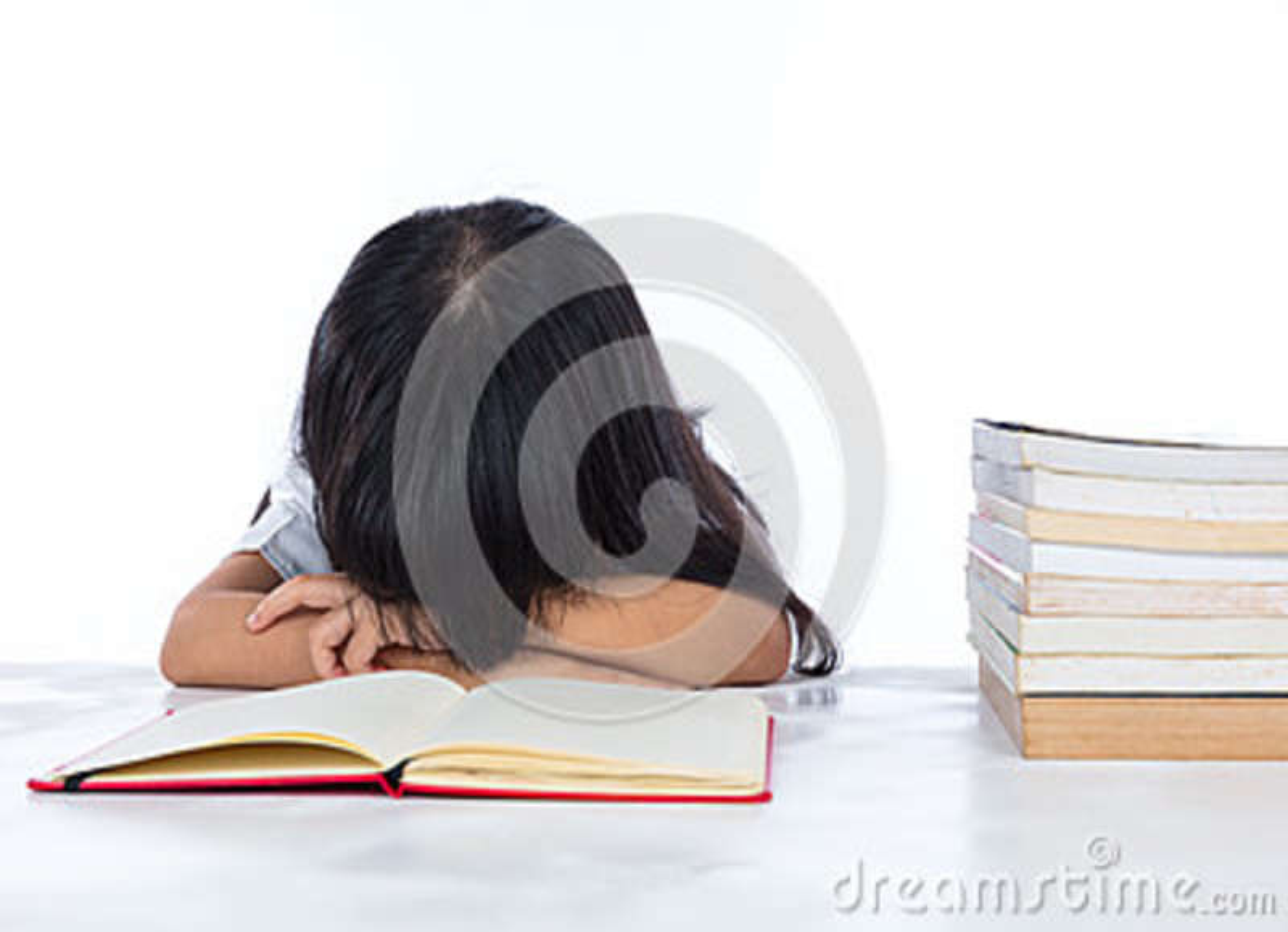 Petite fille chinoise asiatique fatiguée se trouvant sur le bureau