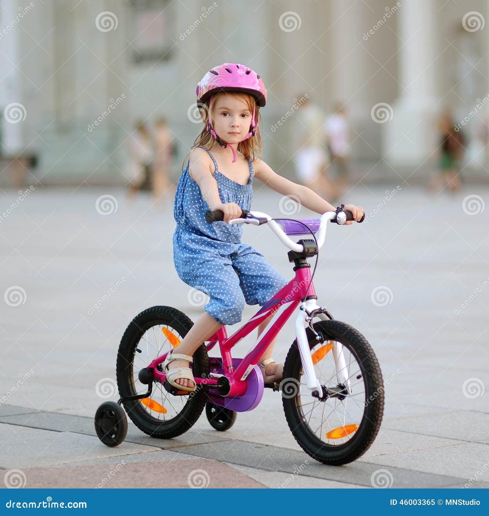 petite fille conduisant un v lo photo stock image 46003365. Black Bedroom Furniture Sets. Home Design Ideas