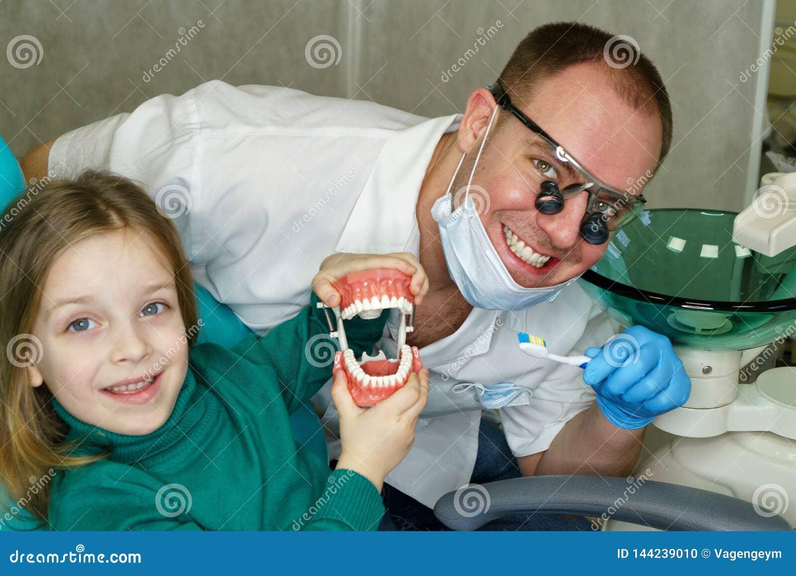 Petite fille dans la clinique dentaire