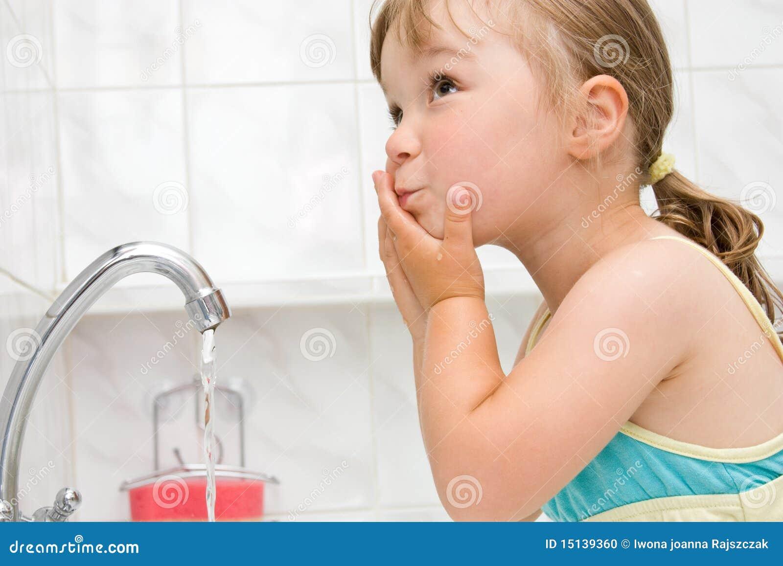 Petite fille dans la salle de bains photo stock image for Petites betes dans la salle de bain
