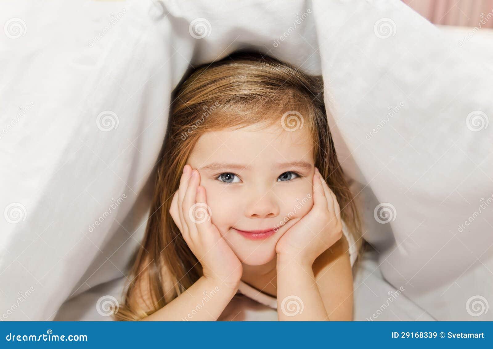 Petite fille dans le bâti sous le cache