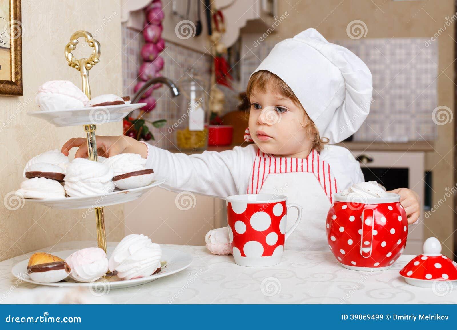 Petite Fille Dans Le Tablier Dans La Cuisine Image Stock Image Du