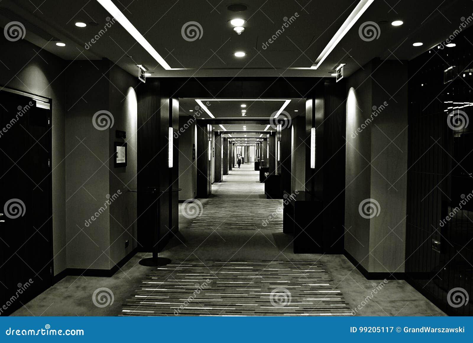 Petite Fille Dans Les Couloirs Sombres Et La Lumiere Dans Le