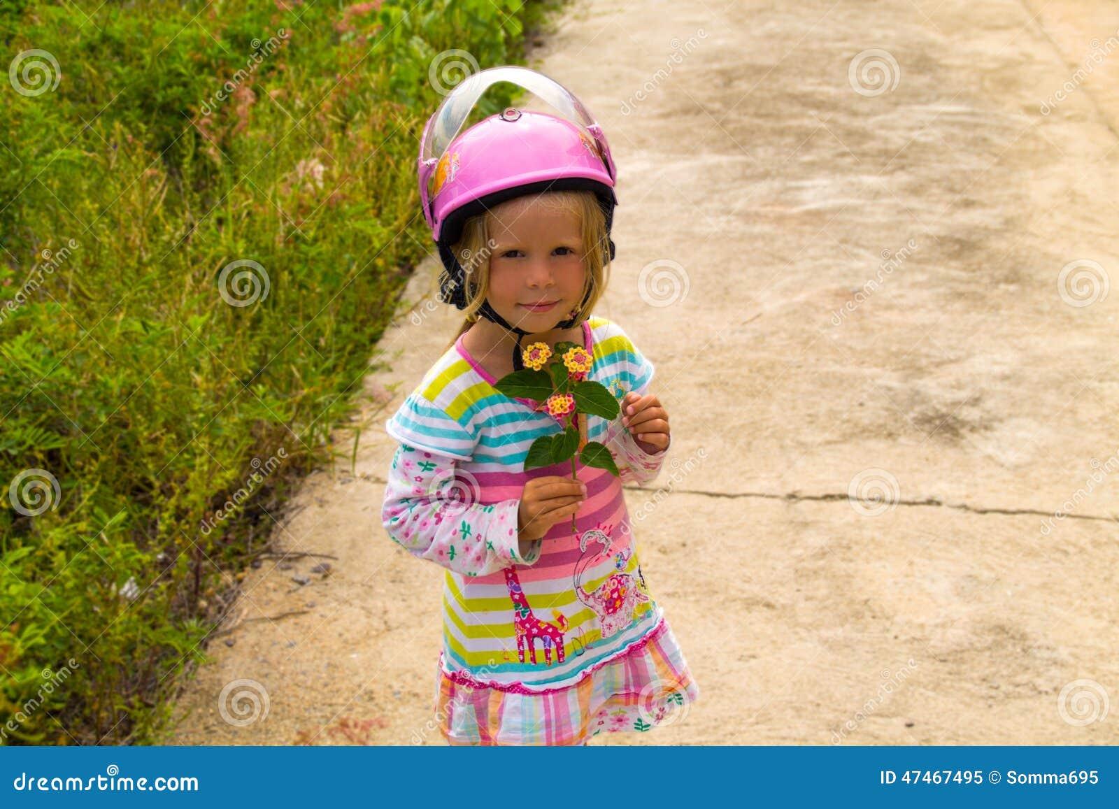 petite fille dans un casque de moto photo stock image 47467495. Black Bedroom Furniture Sets. Home Design Ideas