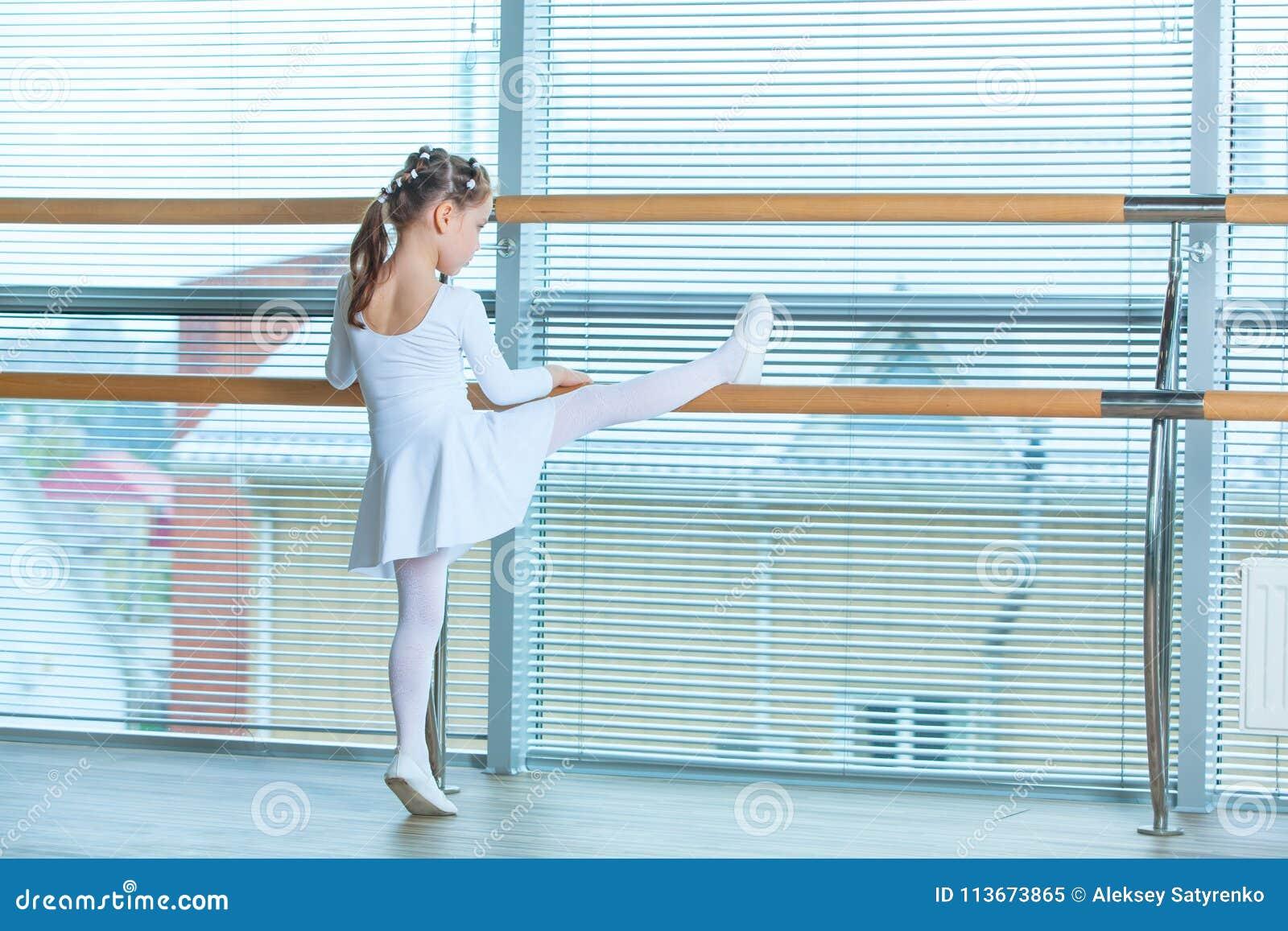 Petite fille de ballerine dans un tutu rose Enfant adorable dansant le ballet classique dans un studio blanc Danse d enfants Goss
