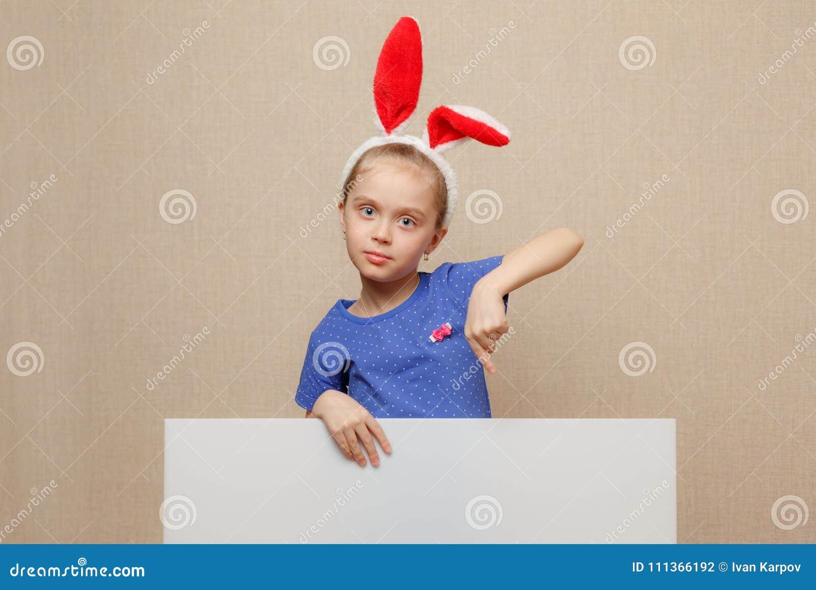 Petite fille de lapin dirigeant son doigt sur une bannière vide de livre blanc