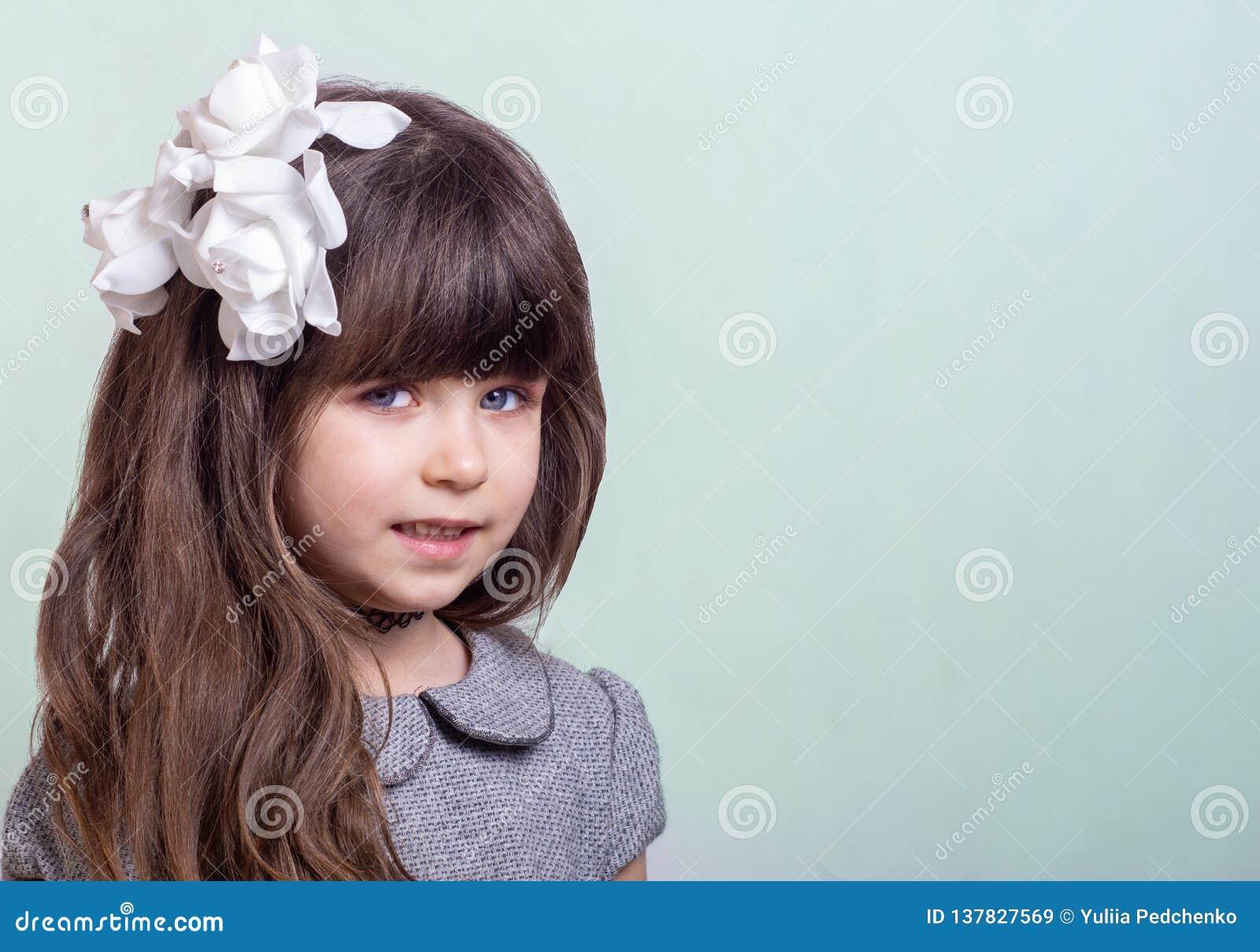 Petite Fille Douce Avec Les Cheveux Boucles Et Les Fleurs Blanches Dans La Coupe De Cheveux Enfant Elegant Mignon Sur Le Fond Ble Image Stock Image Du Fille Blanches 137827569