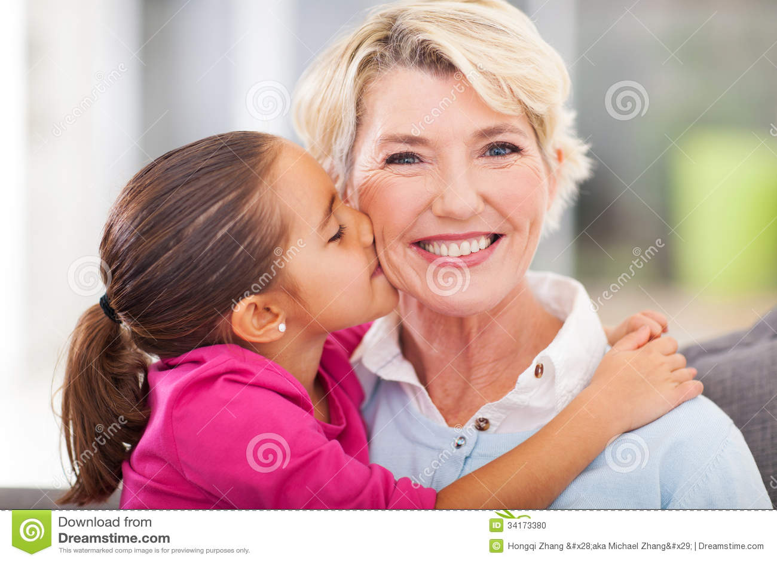 Petite-fille embrassant la grand-mère