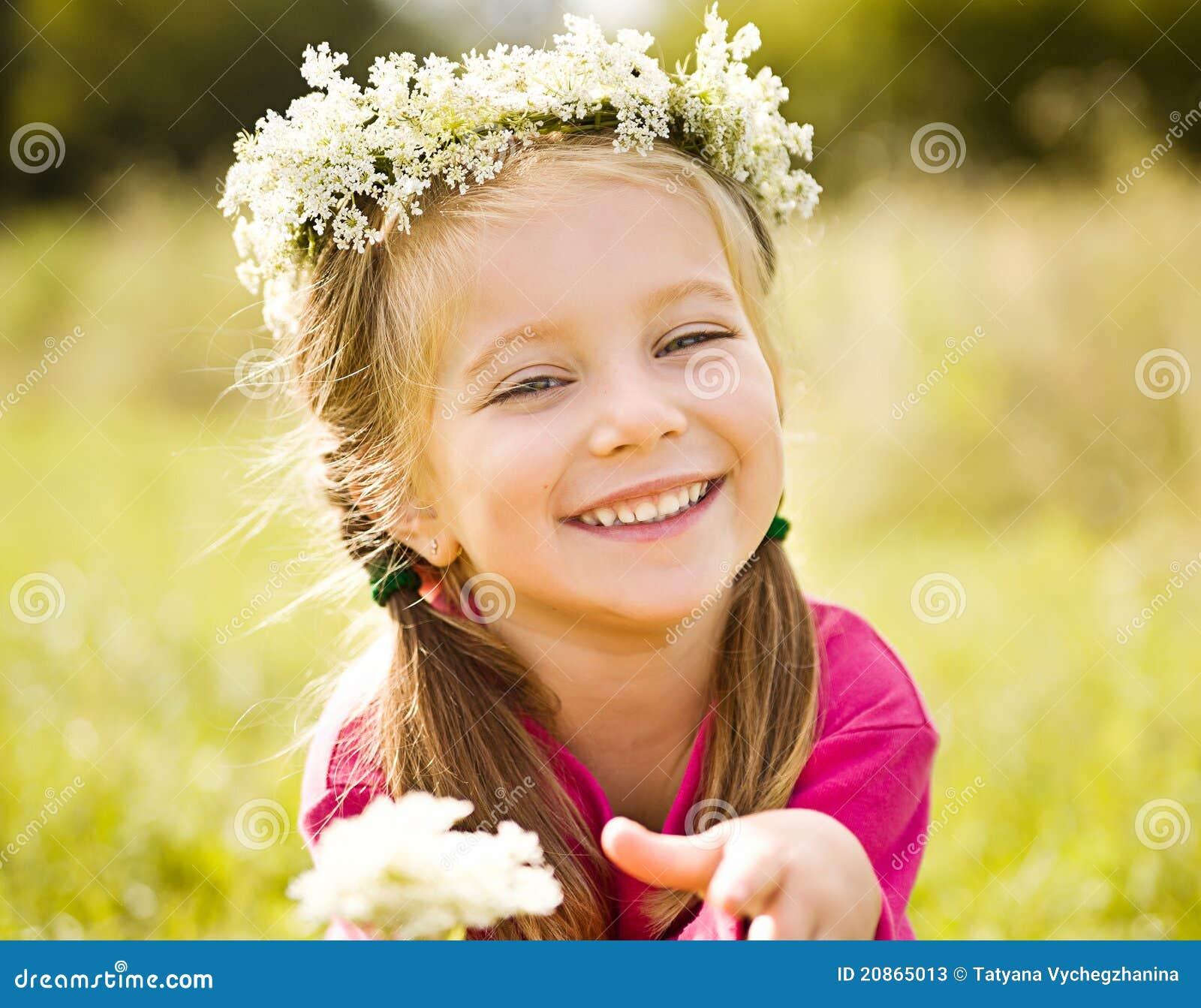 Idees Modernes Pour Au Dessus Des Armoires De Cuisine : Guirlande Chambre Petite Fille  Petite fille en guirlande des fleurs