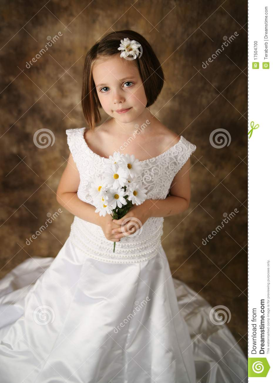 petite fille essayant sur la robe de mariage de la maman photo stock image du regarder. Black Bedroom Furniture Sets. Home Design Ideas