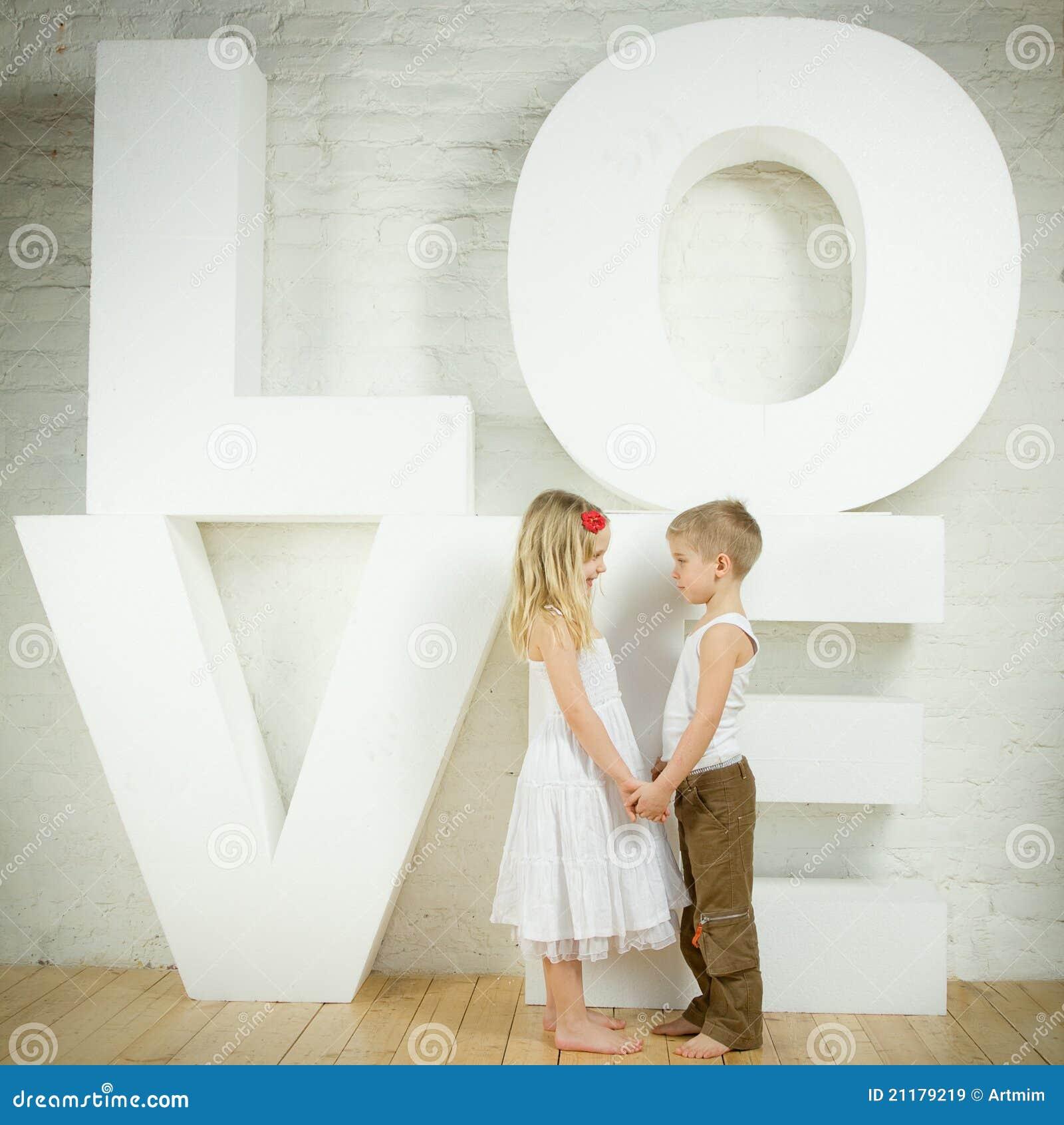 Petite fille et garçon - amour