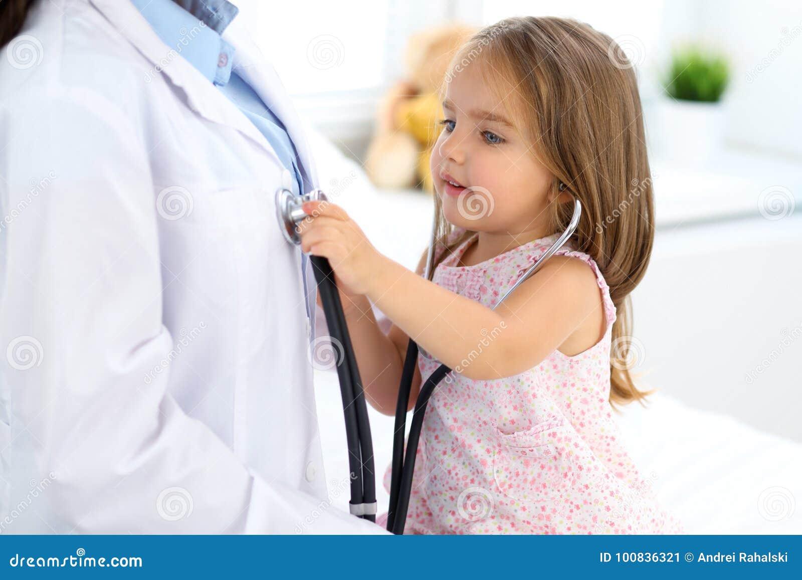 Petite fille heureuse à l examen de santé au bureau de docteur Concept de médecine et de soins de santé