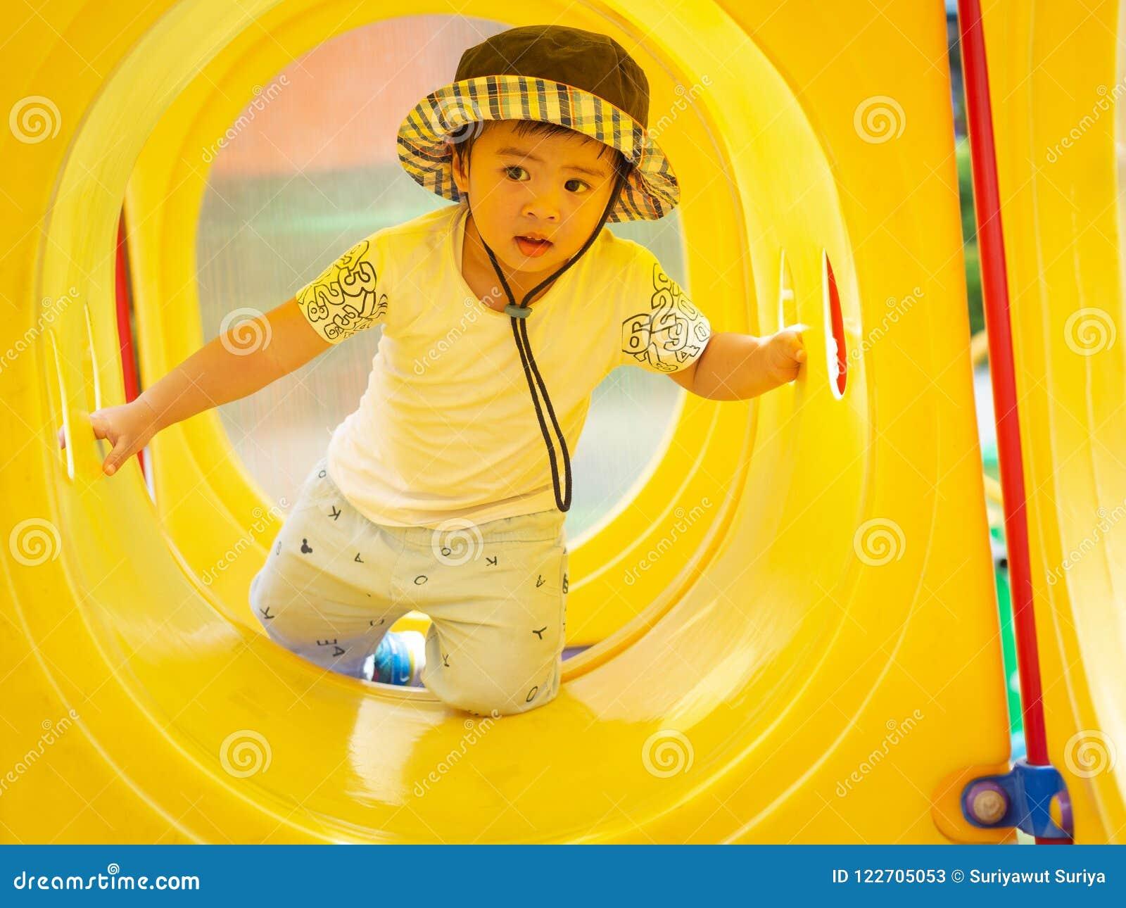 Petite fille heureuse jouant au terrain de jeu Enfants, heureux, fa