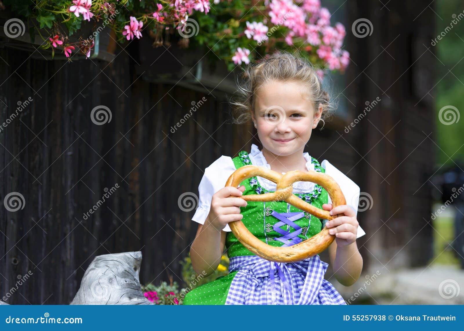 Petite fille heureuse utilisant un dirndl bavarois traditionnel de robe ho