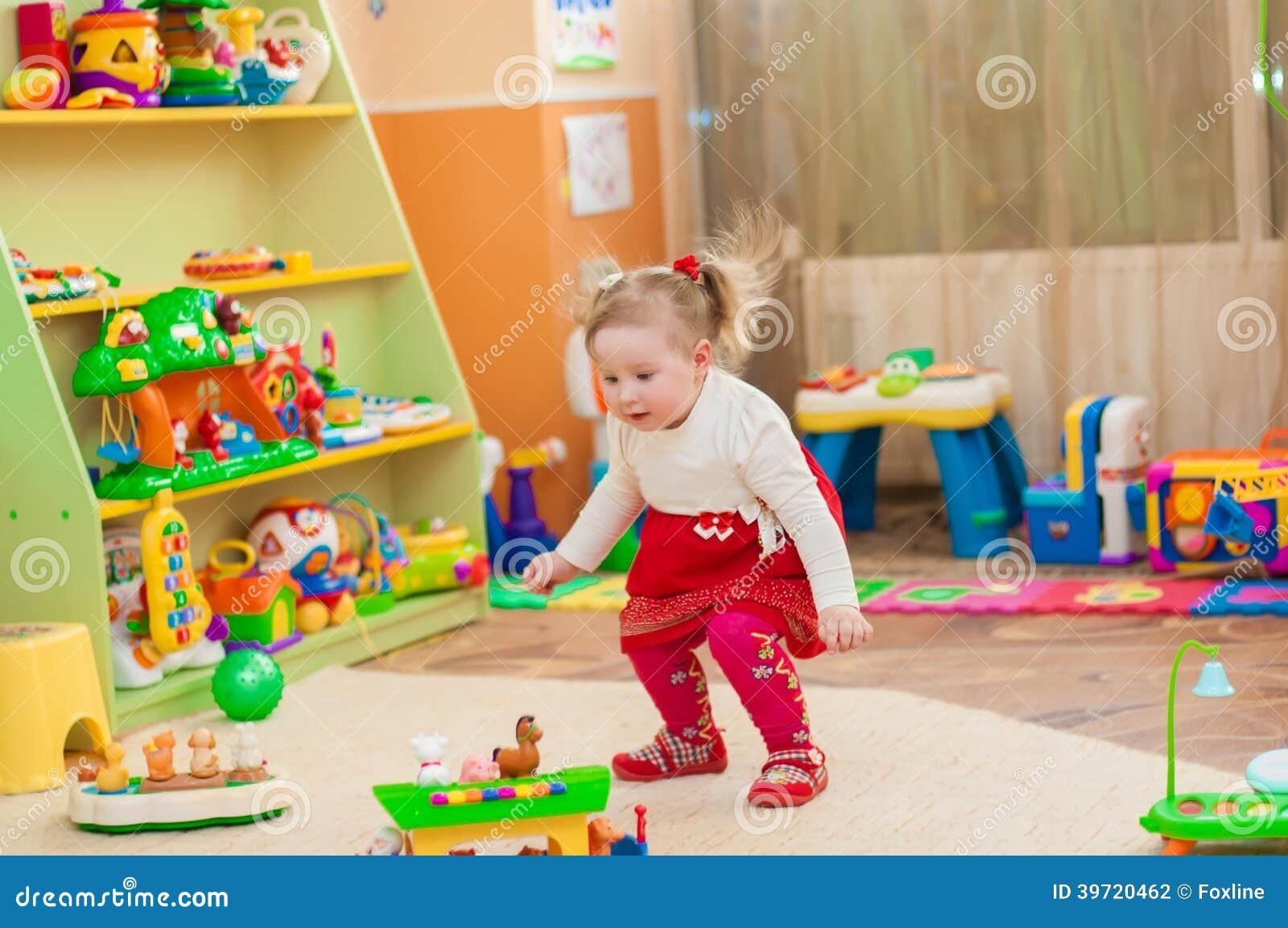 petite fille jouant avec des jouets dans la salle de jeux photo stock image du ch ris. Black Bedroom Furniture Sets. Home Design Ideas