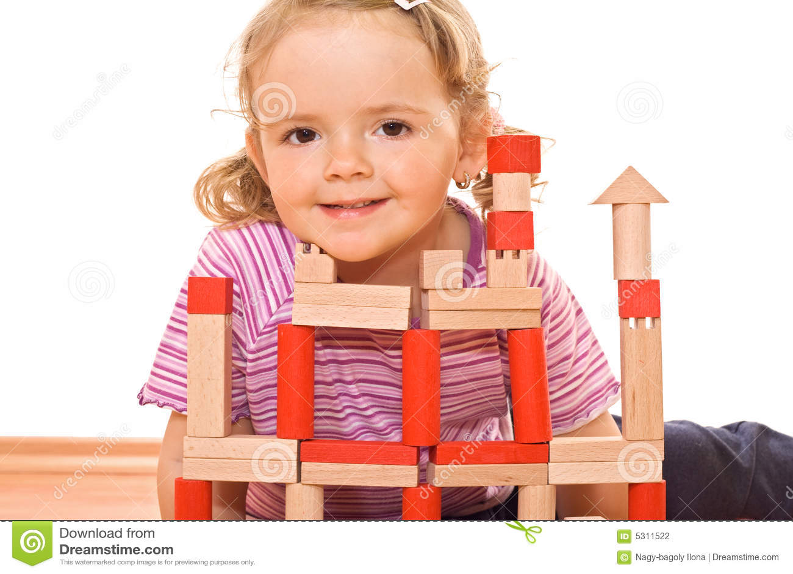 Petite fille jouant avec les blocs en bois
