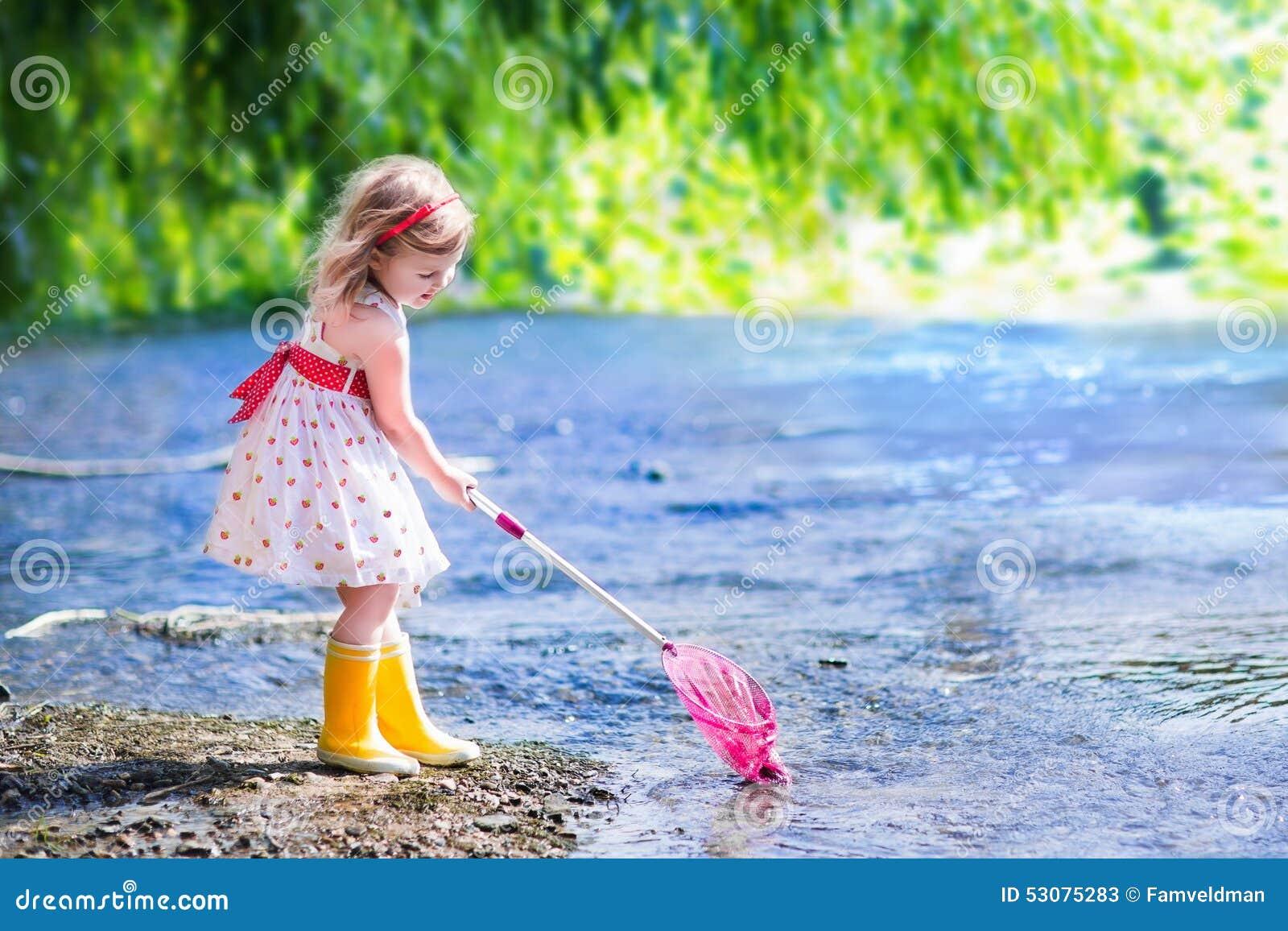 Rivière Petite Fille Image stock du En Image Jouant UGMzSqVp