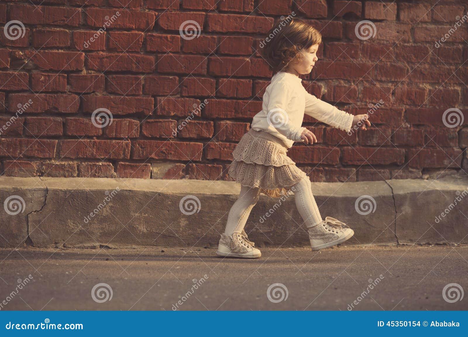 Petite fille marchant loin