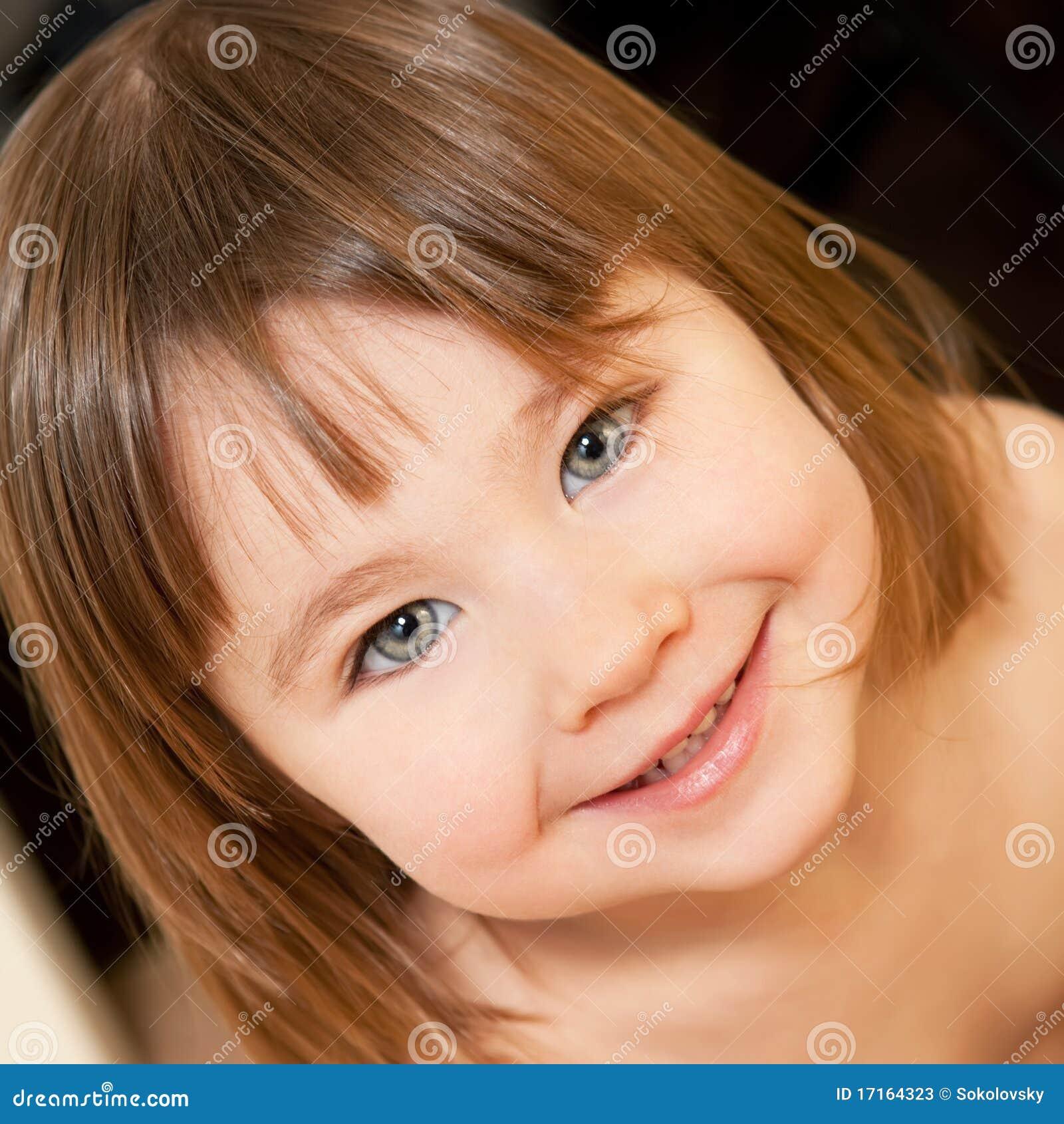 Petite fille mignonne à l intérieur