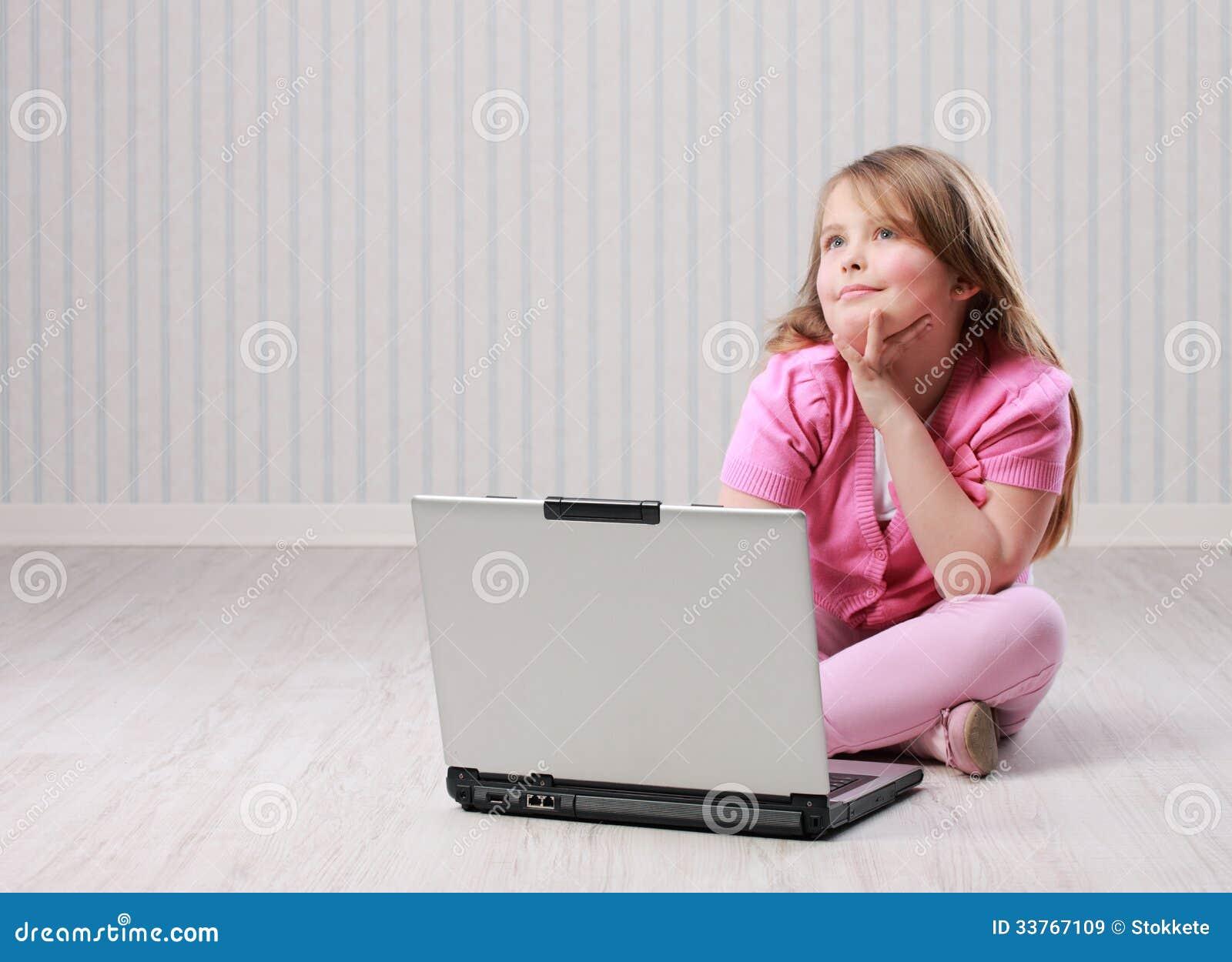 Petite fille mignonne avec l ordinateur portable