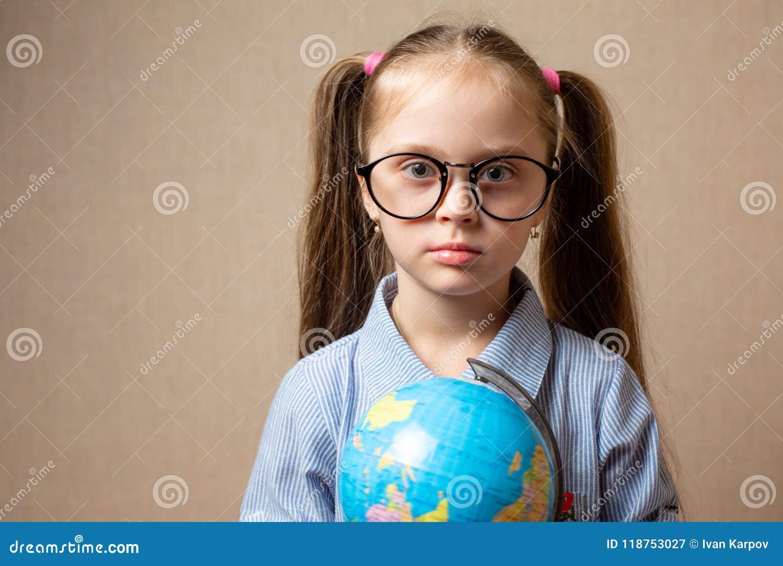 Petite fille mignonne avec le globe