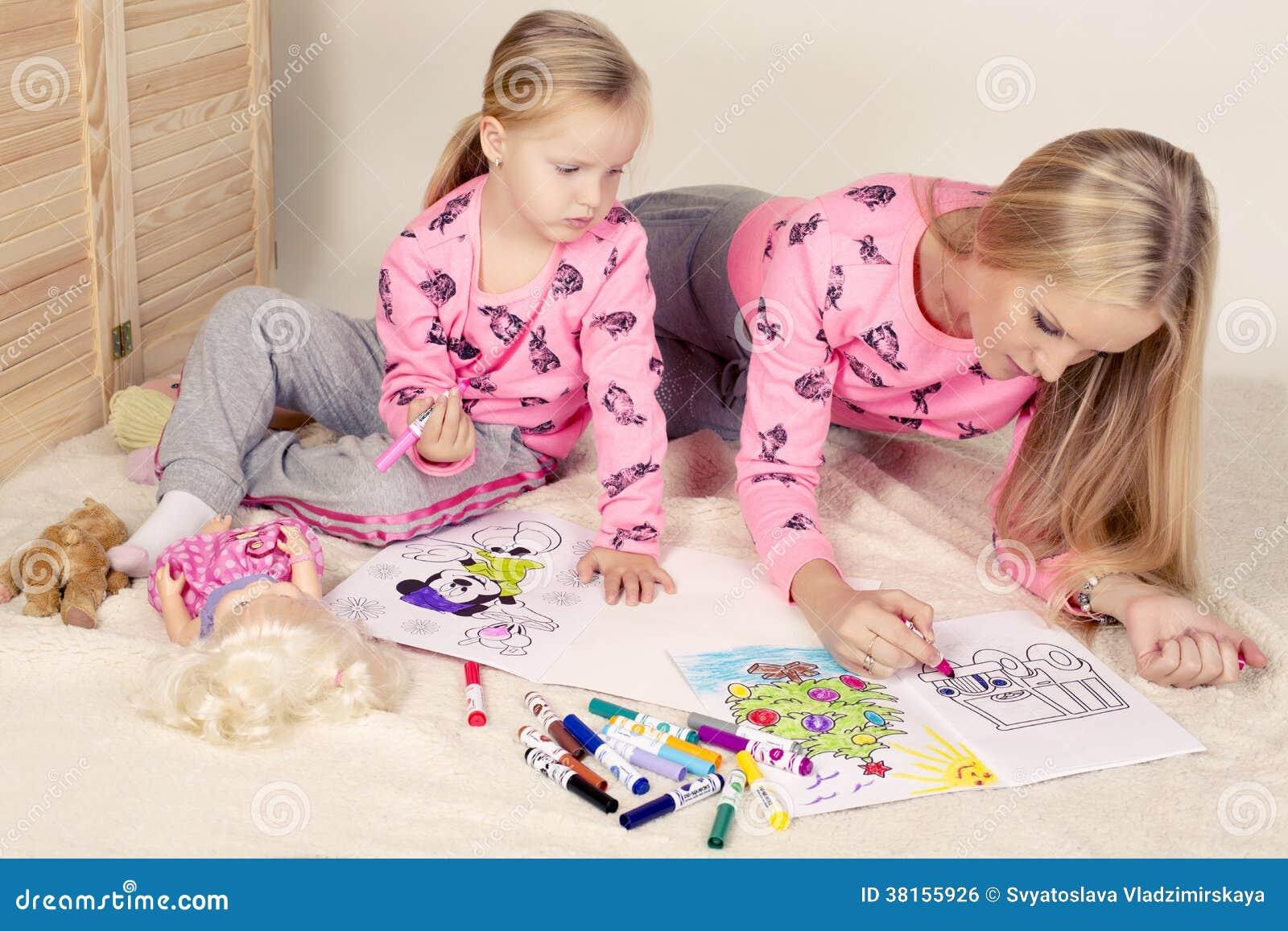 petite fille mignonne avec son dessin de maman image libre. Black Bedroom Furniture Sets. Home Design Ideas