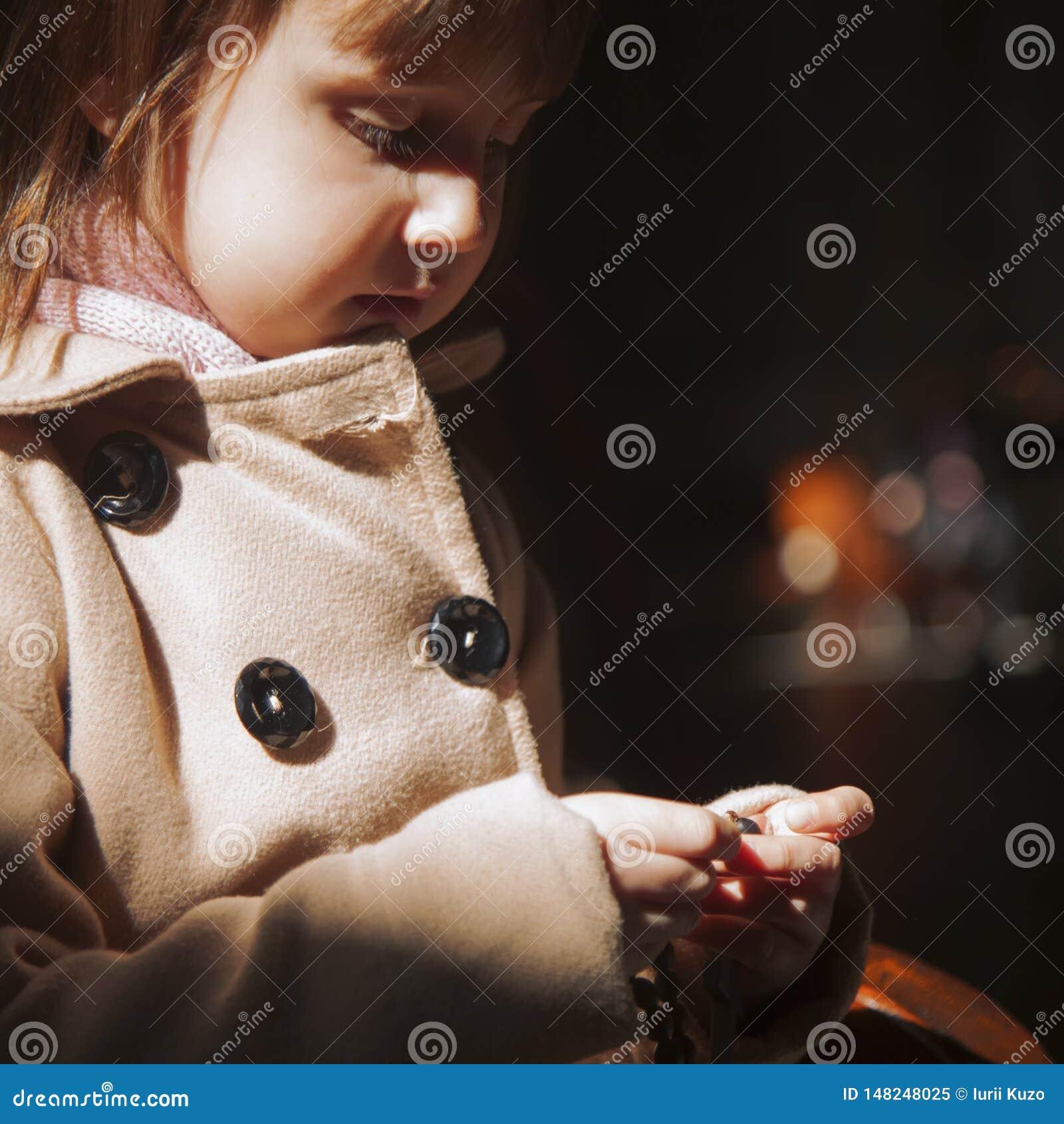 Petite fille mignonne chrétienne d enfant priant le chapelet Concept de foi