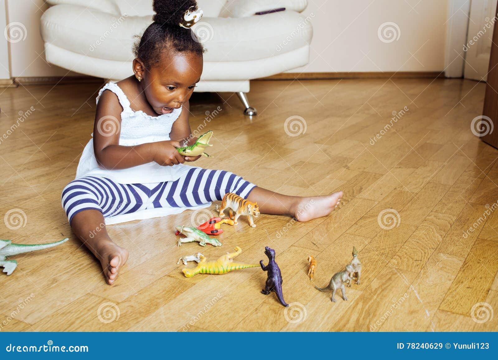 Petite fille mignonne d afro-américain jouant avec les jouets animaux à la maison, princesse assez adorable dans le sourire heure