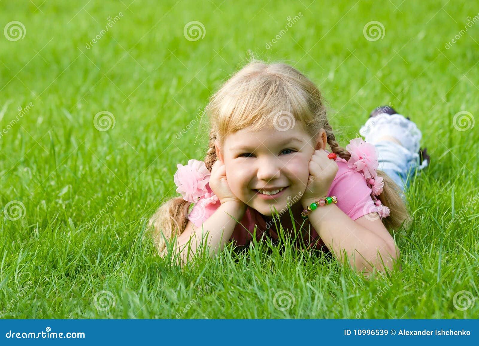Petite fille mignonne dans l herbe.
