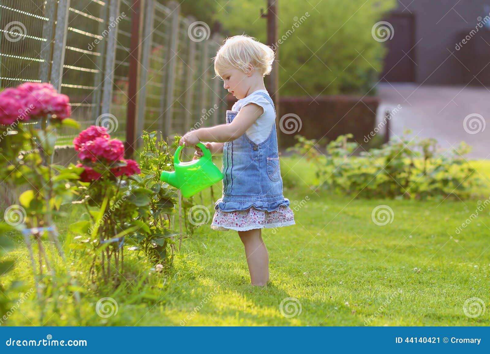 Petite Fille Mignonne Donnant Des Fleurs De Jardin De L