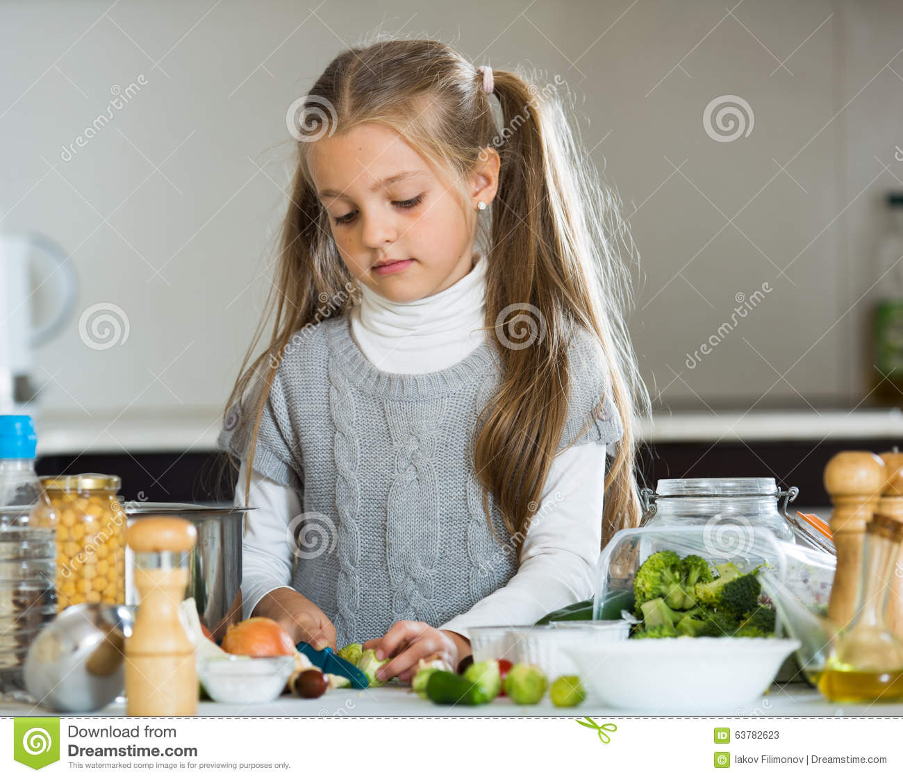 petite fille mignonne faisant cuire des veggies dans la cuisine photo stock image 63782623. Black Bedroom Furniture Sets. Home Design Ideas