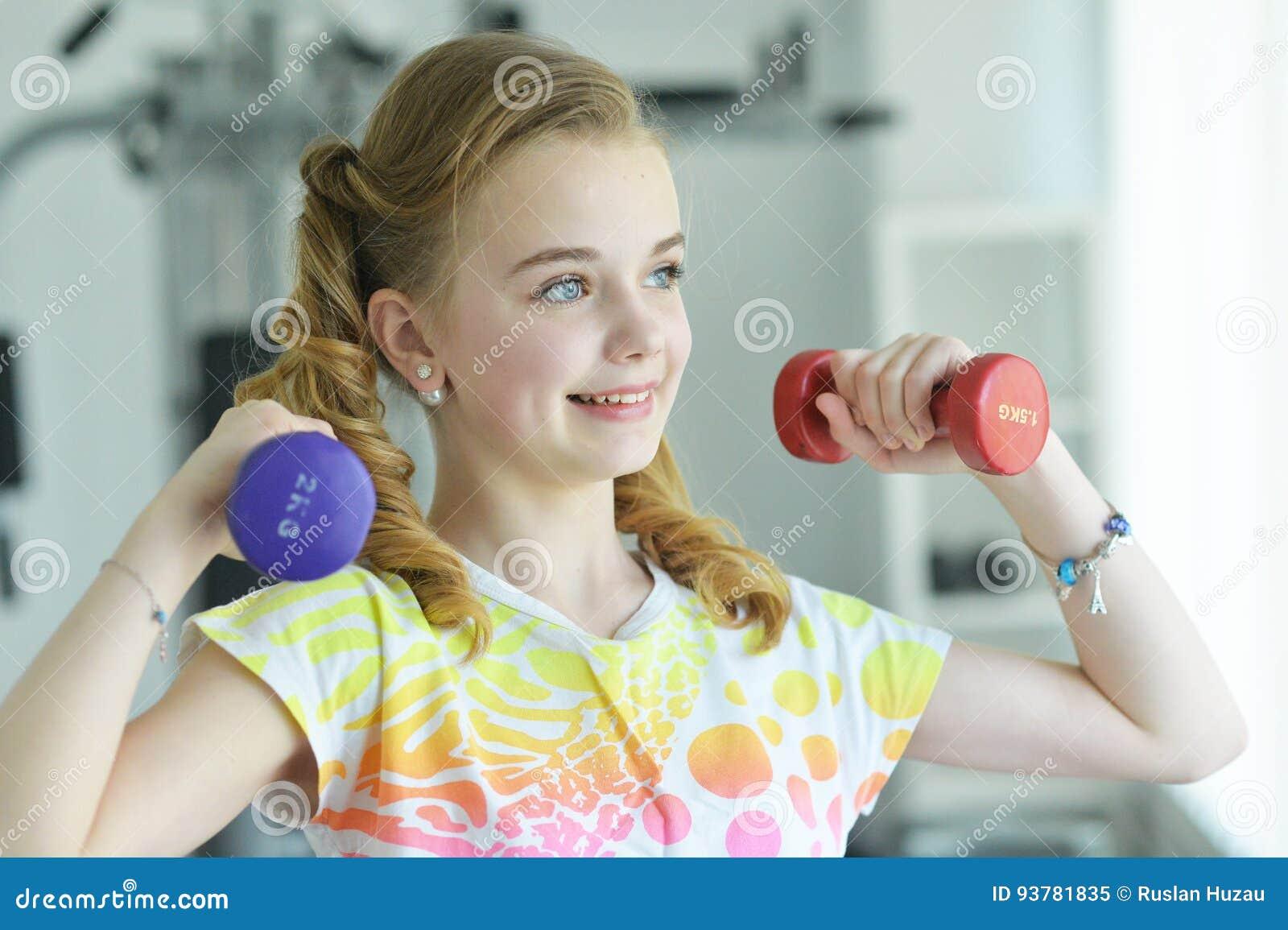 Petite fille mignonne faisant des exercices