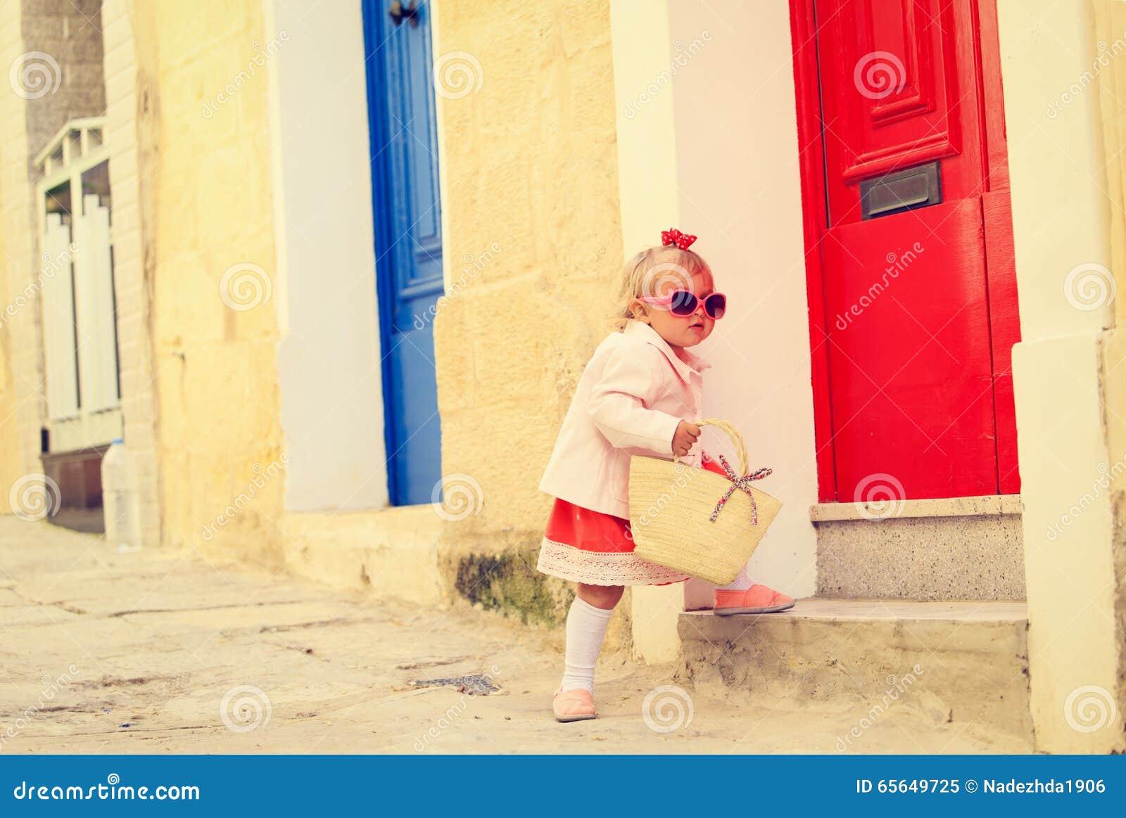 Petite fille mignonne marchant sur la rue de Malte