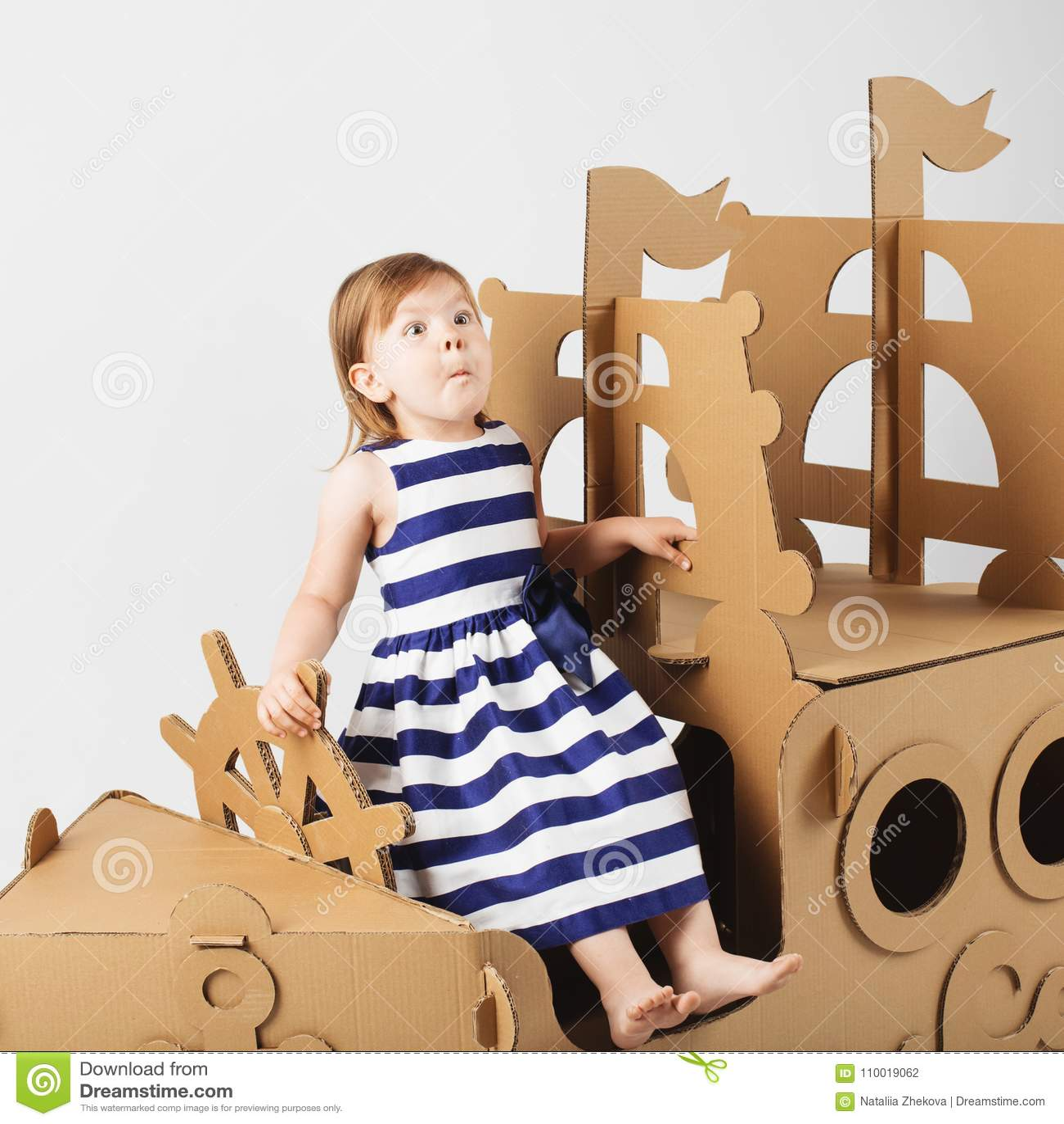 f74a9204deca3 Petite fille mignonne portant la robe barrée dans un playin marin de style