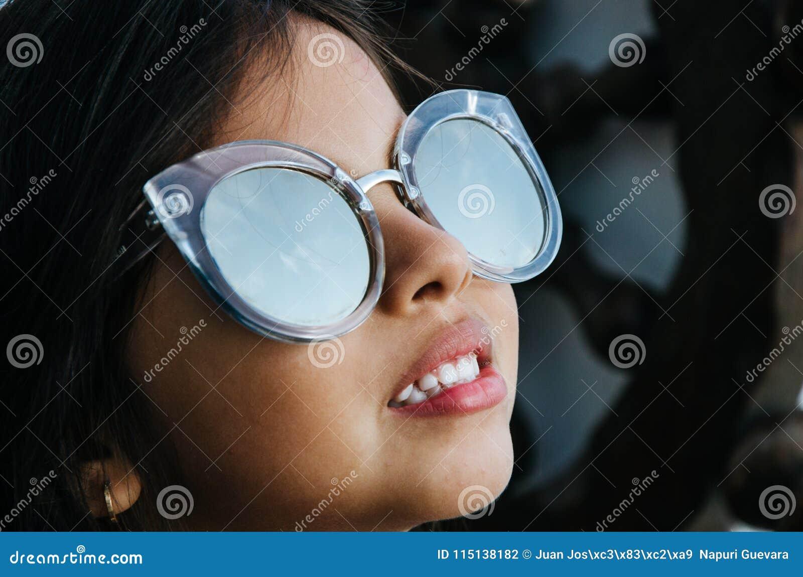 Petite fille mignonne souriant avec des lunettes de soleil