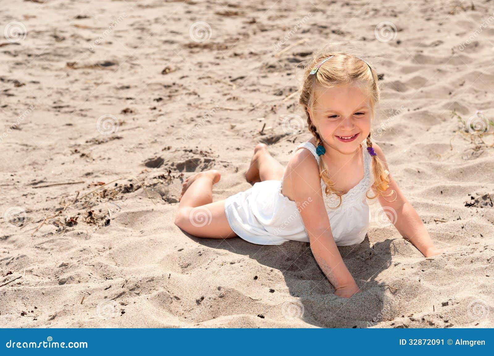 petite fille mignonne sur la plage de th image stock image 32872091. Black Bedroom Furniture Sets. Home Design Ideas