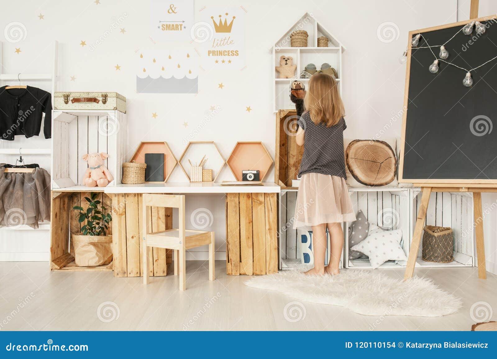 Petite Fille Organisant Ses Jouets Dans La Chambre à Coucher ...