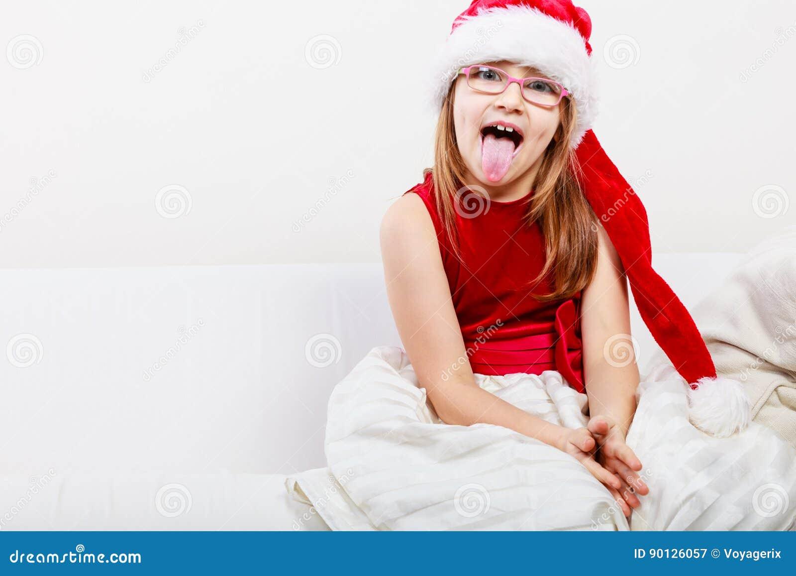 86aee56f5b0df Concept de temps de famille de Noël Petite fille ressemblant à l elfe de  Santa Belle jeune dame utilisant le chapeau du père noël avec le pompon  blanc La ...