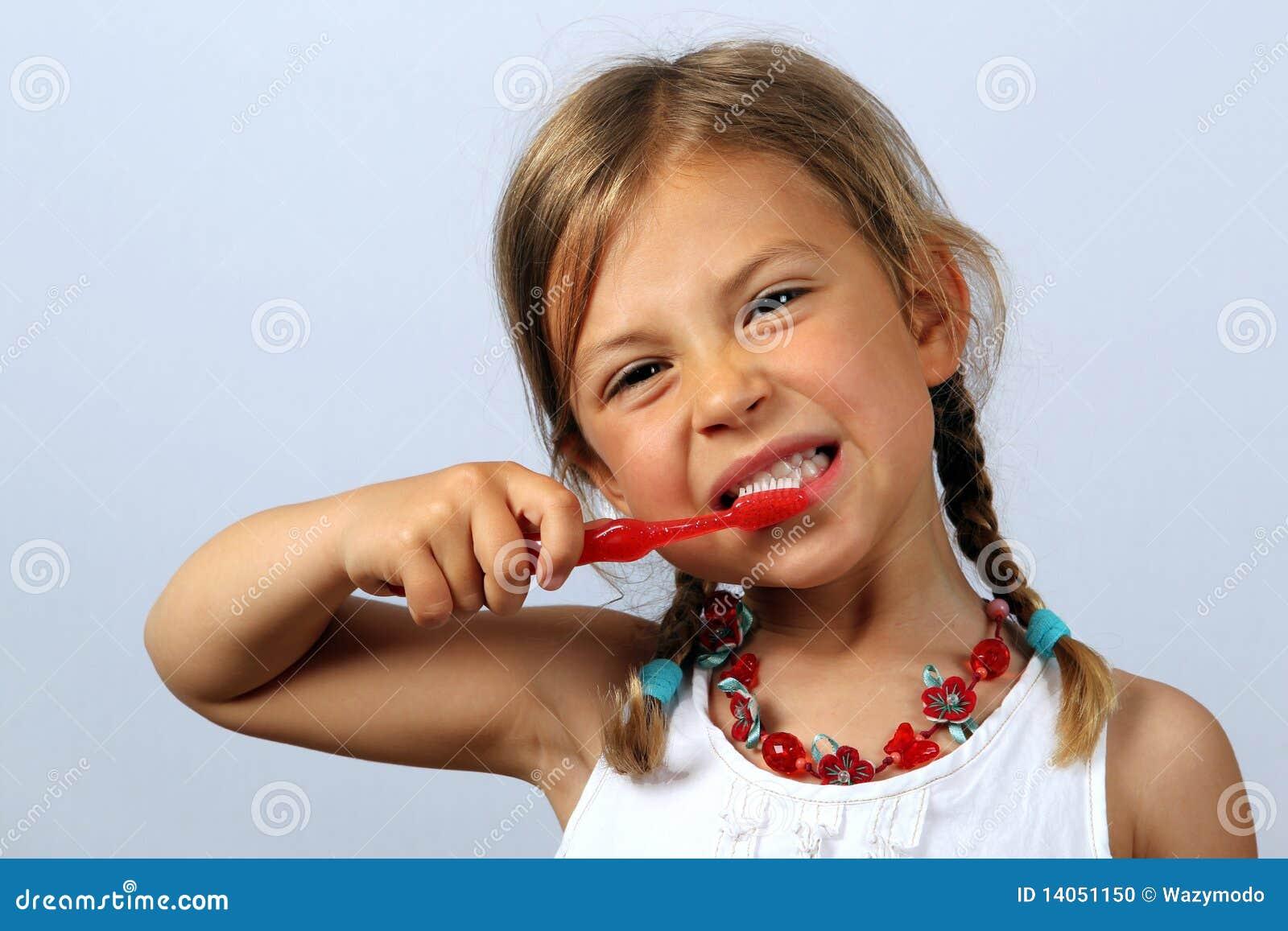 Petite fille se brossant les dents