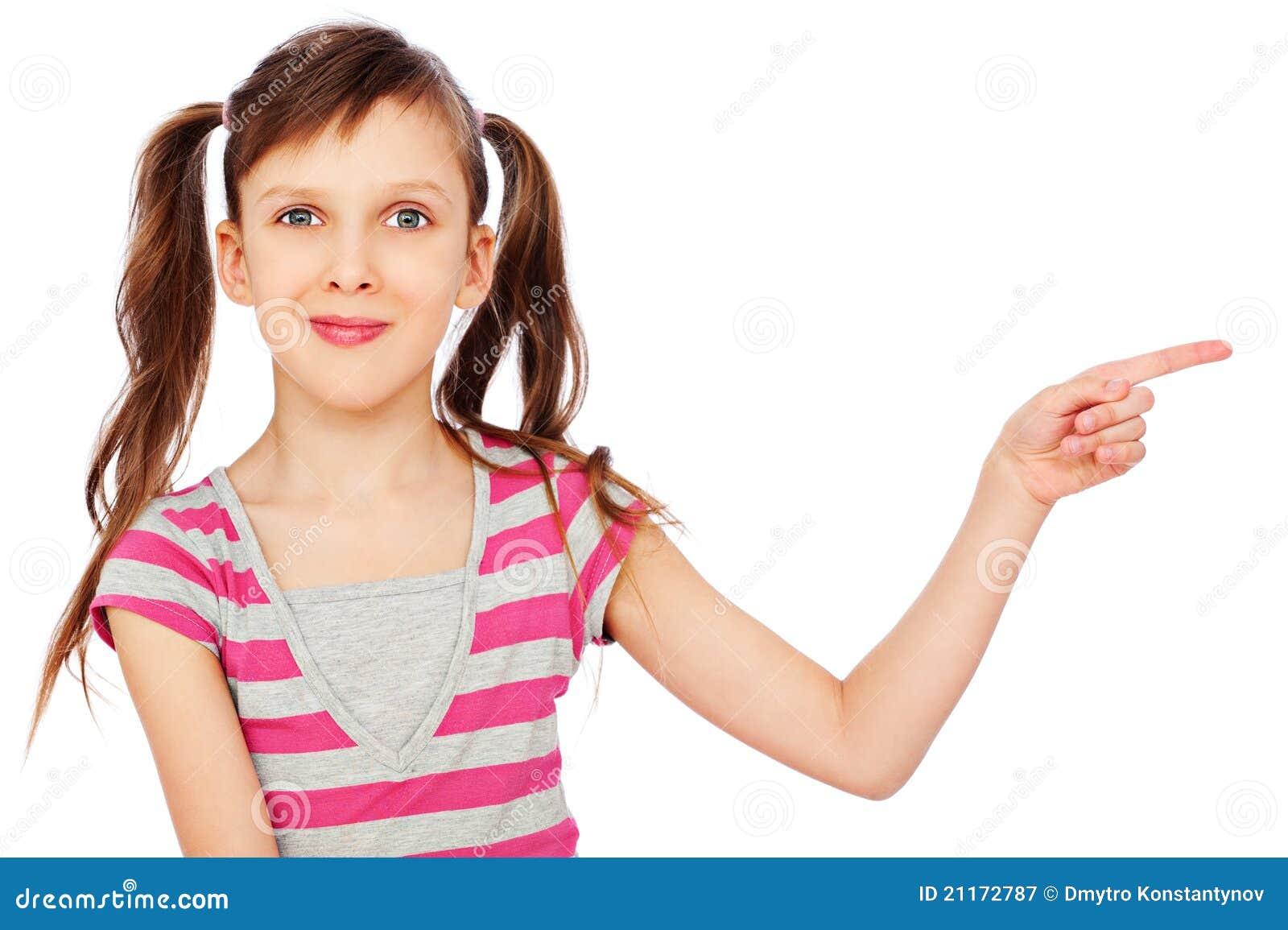 Petite fille souriante se dirigeant à quelque chose
