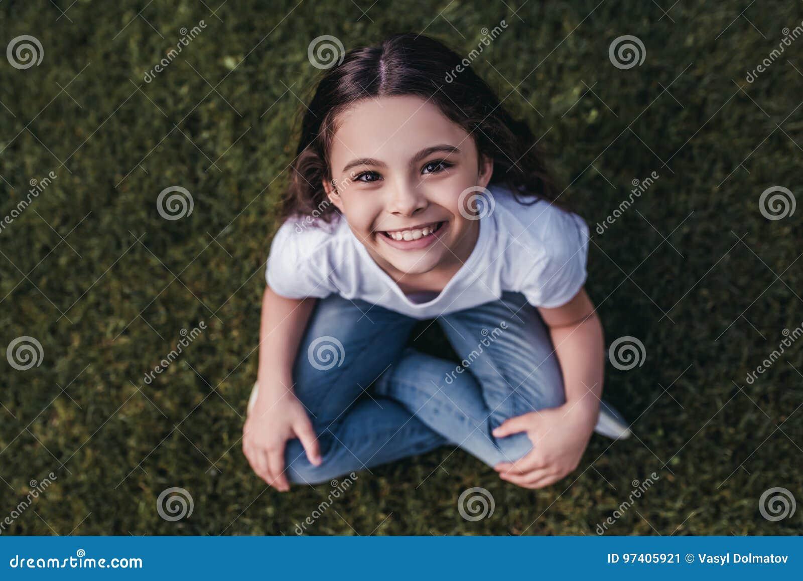 Petite fille sur l arrière-cour