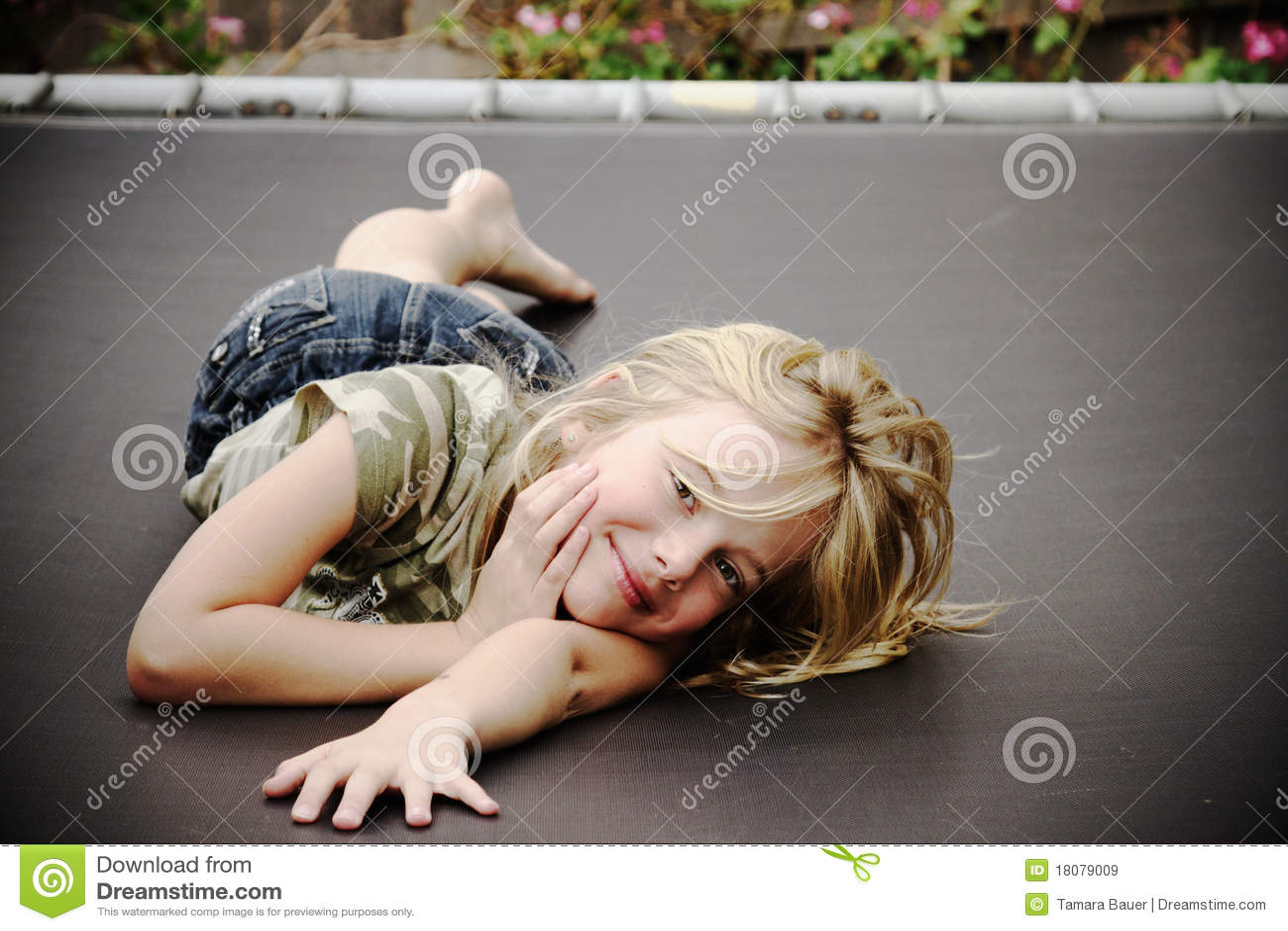 Petite fille sur le tremplin, souriant