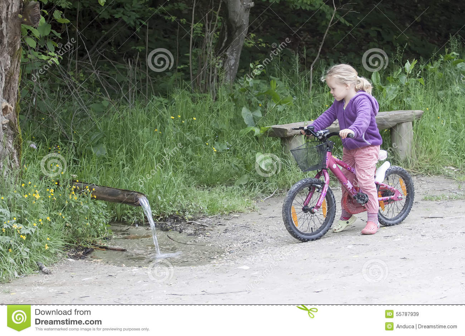 Petite fille sur le vélo