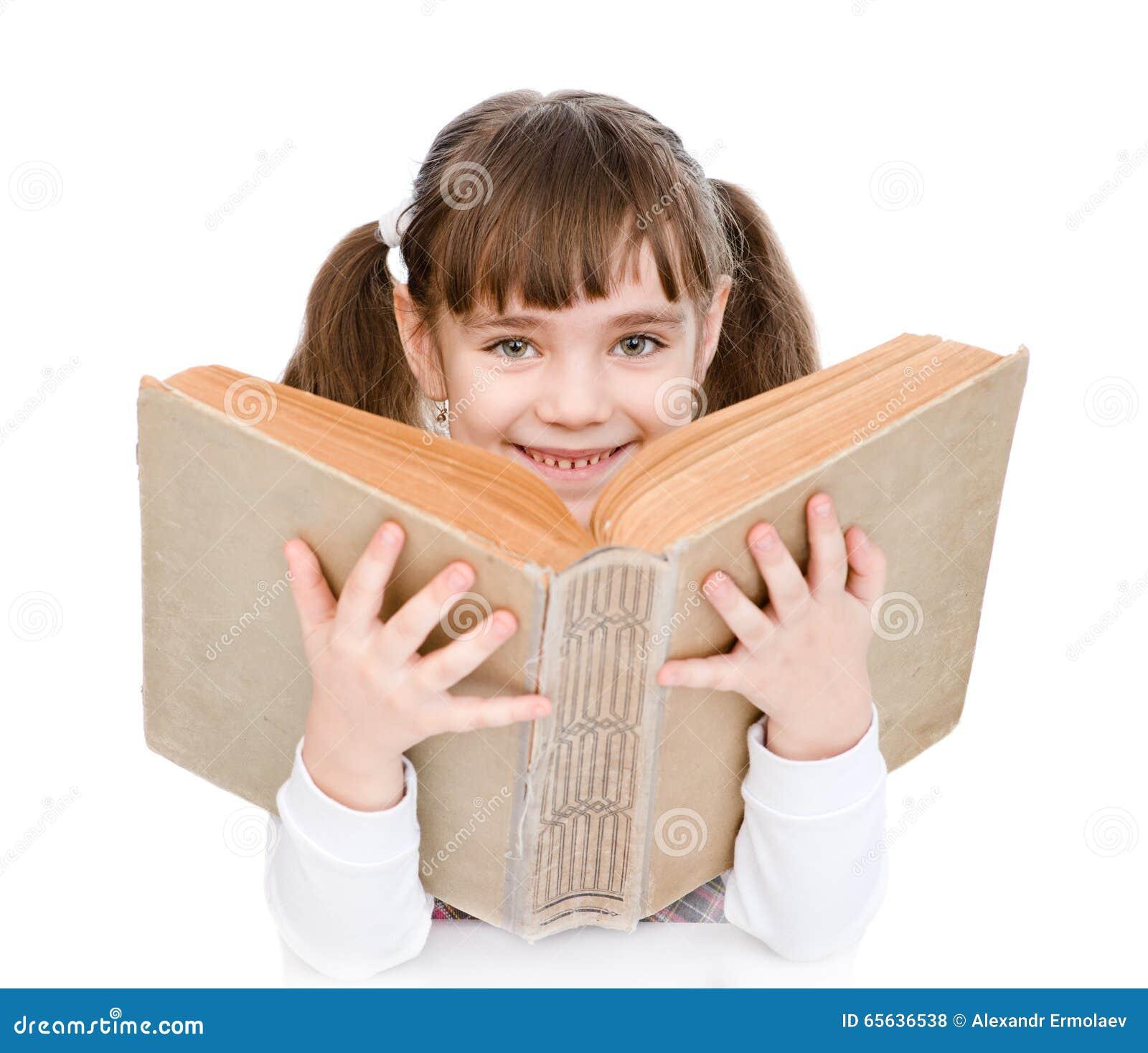 Petite fille tenant le grand livre D isolement sur le fond blanc