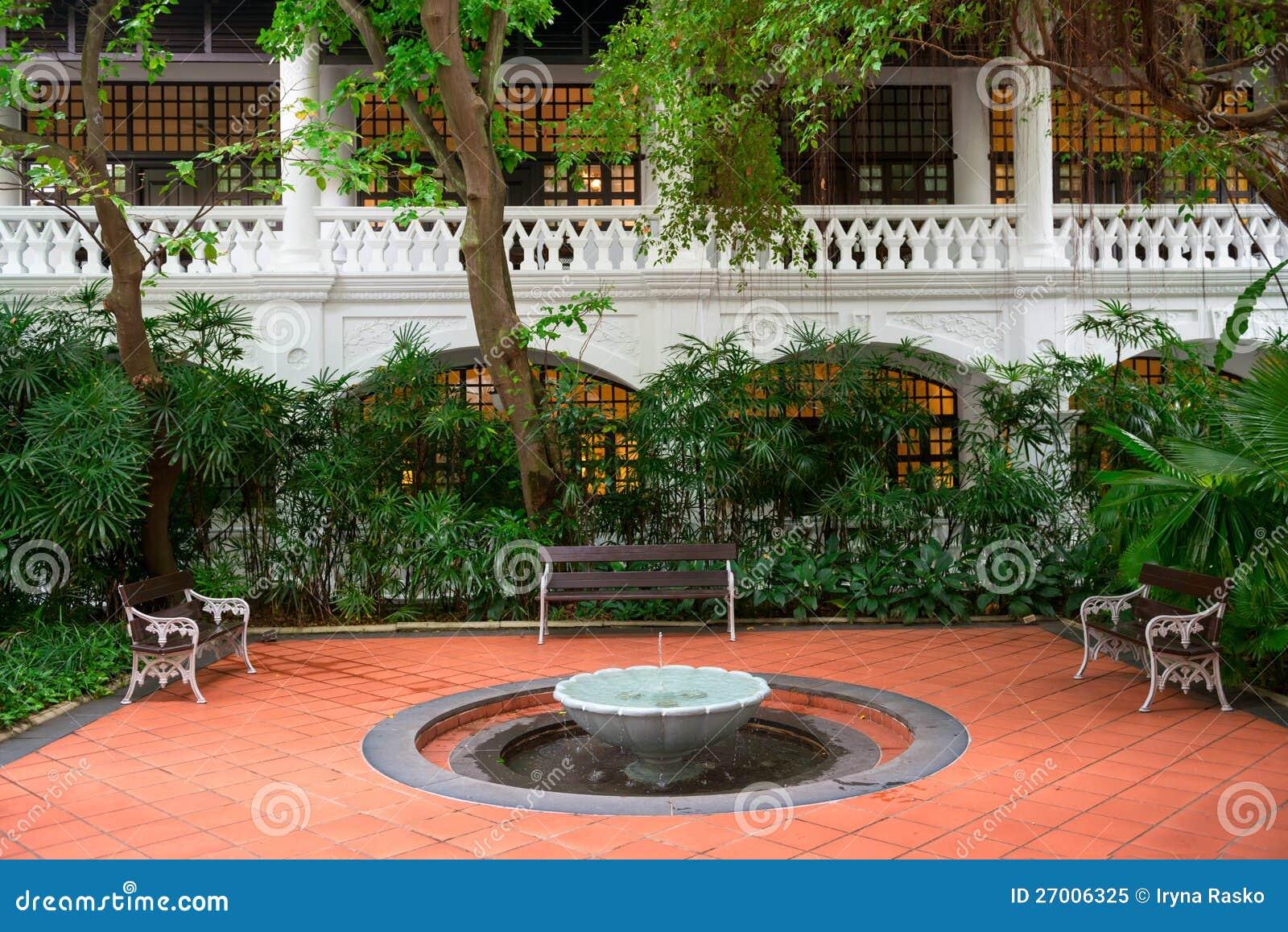 petite fontaine dans un jardin avec des bancs photo libre de droits image 27006325. Black Bedroom Furniture Sets. Home Design Ideas